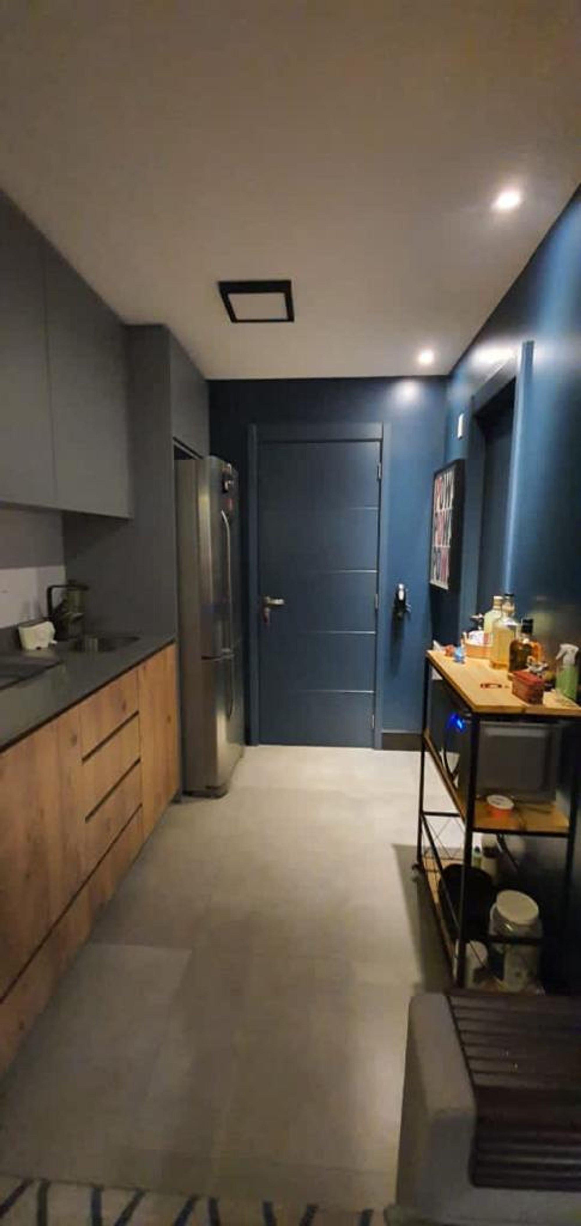 Nesta foto há geladeira