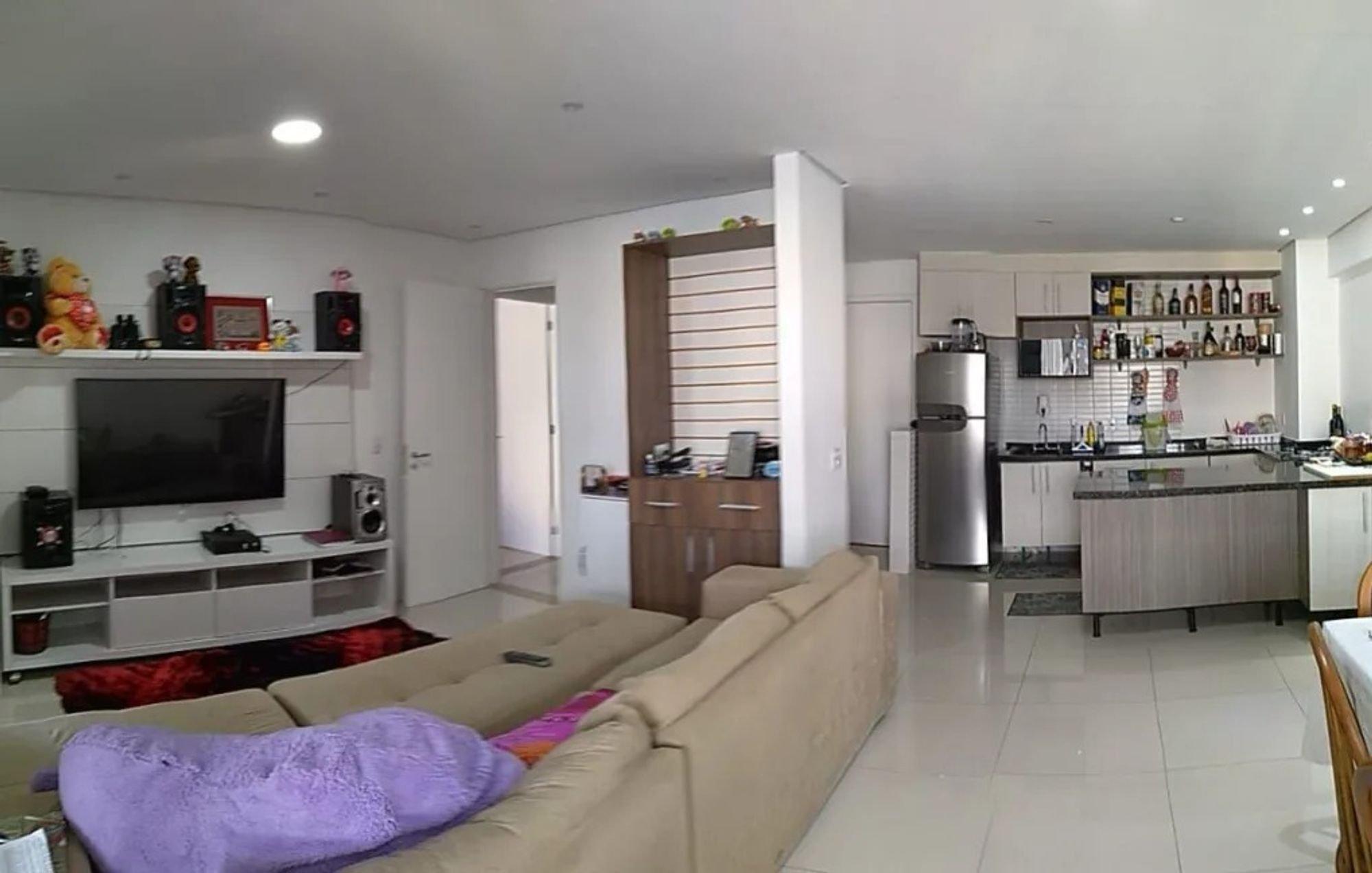 Foto de Sala com sofá, televisão, garrafa, geladeira, cadeira