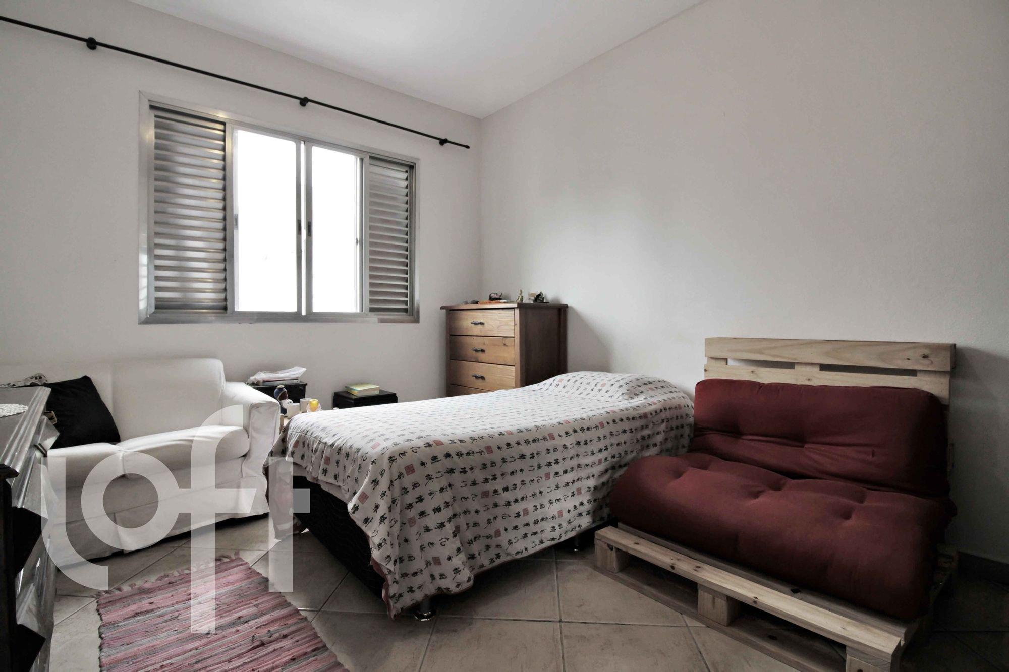 Foto de Quarto com cama, sofá, cadeira