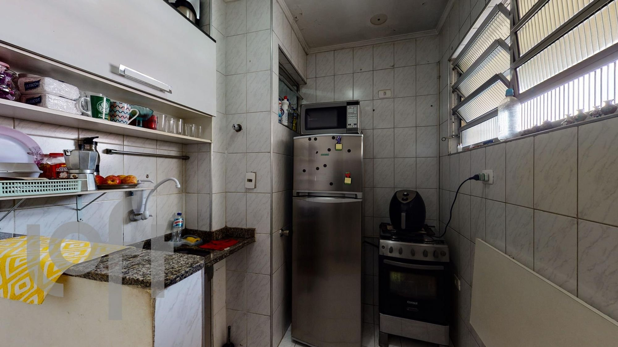 Foto de Cozinha com garrafa, forno, geladeira, microondas