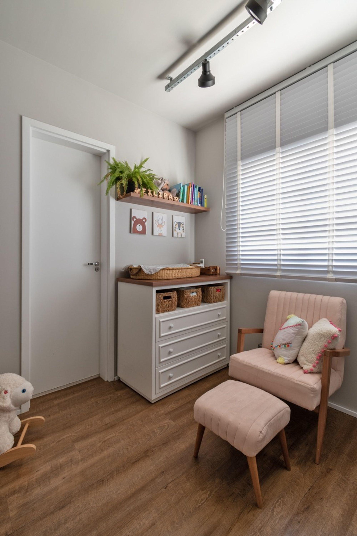 Foto de Sala com vaso de planta, urso teddy, cadeira, livro