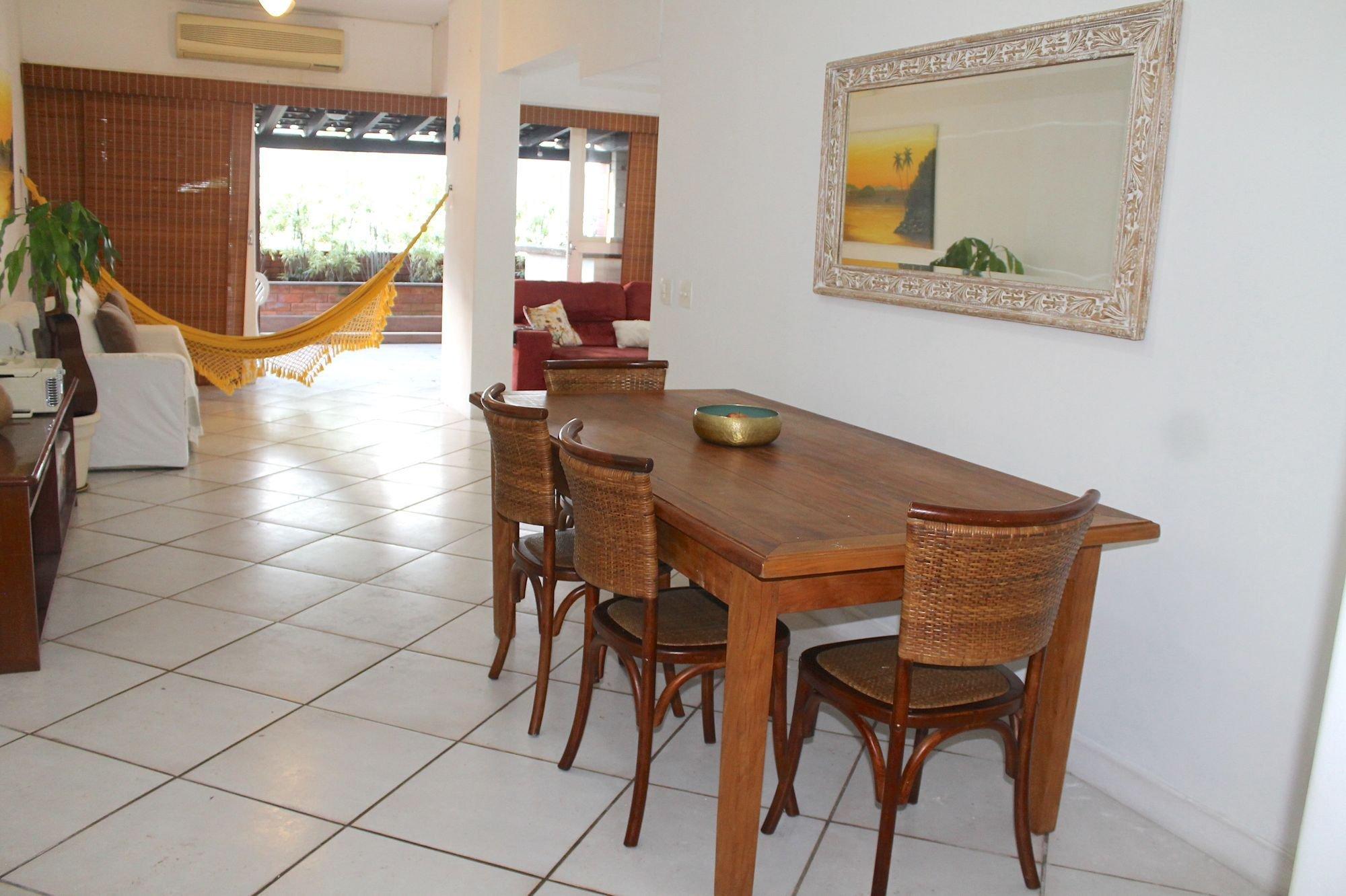 Foto de Sala com vaso de planta, tigela, cadeira, mesa de jantar