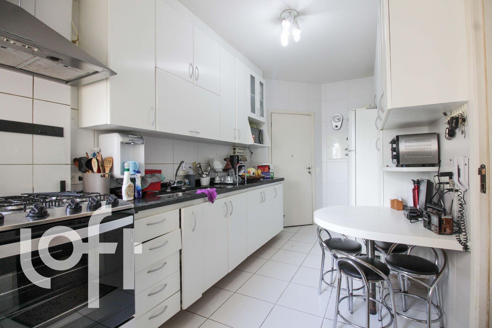 Foto de Cozinha com garrafa, relógio, forno, cadeira, mesa de jantar, xícara