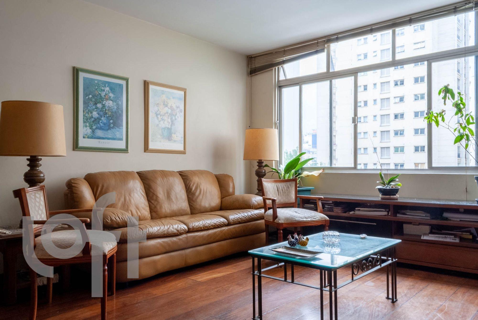 Foto de Sala com vaso de planta, sofá