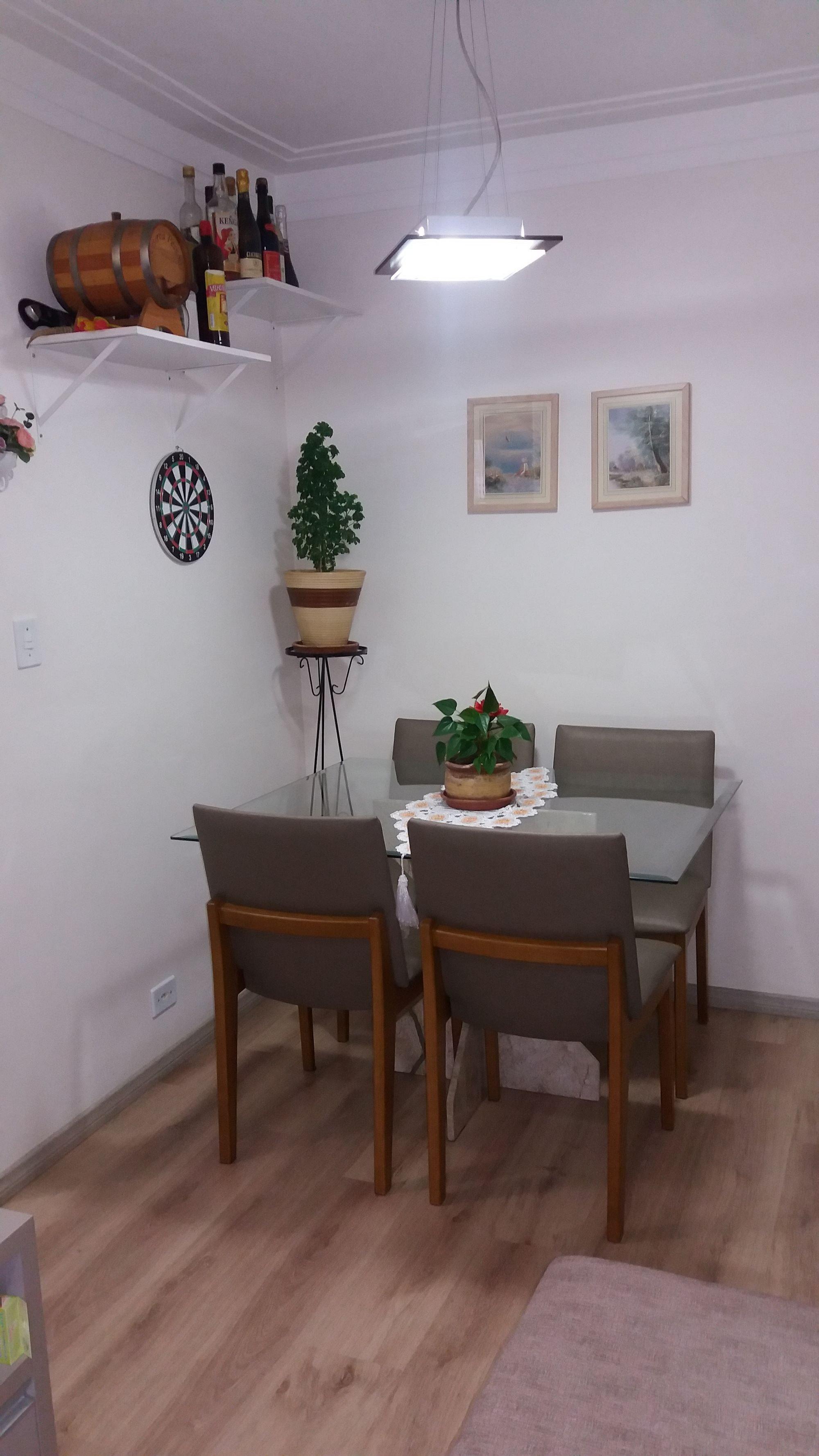 Foto de Sala com vaso de planta, cadeira, garrafa