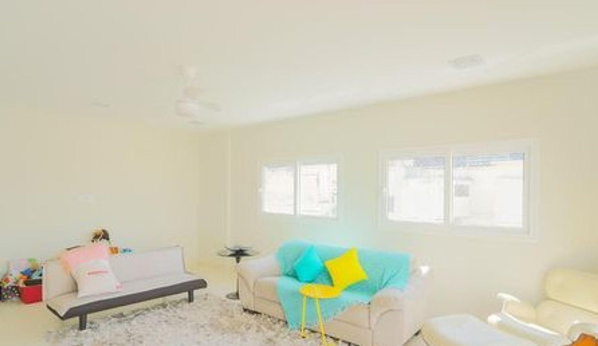 Foto de Sala com vaso de planta, banco, sofá