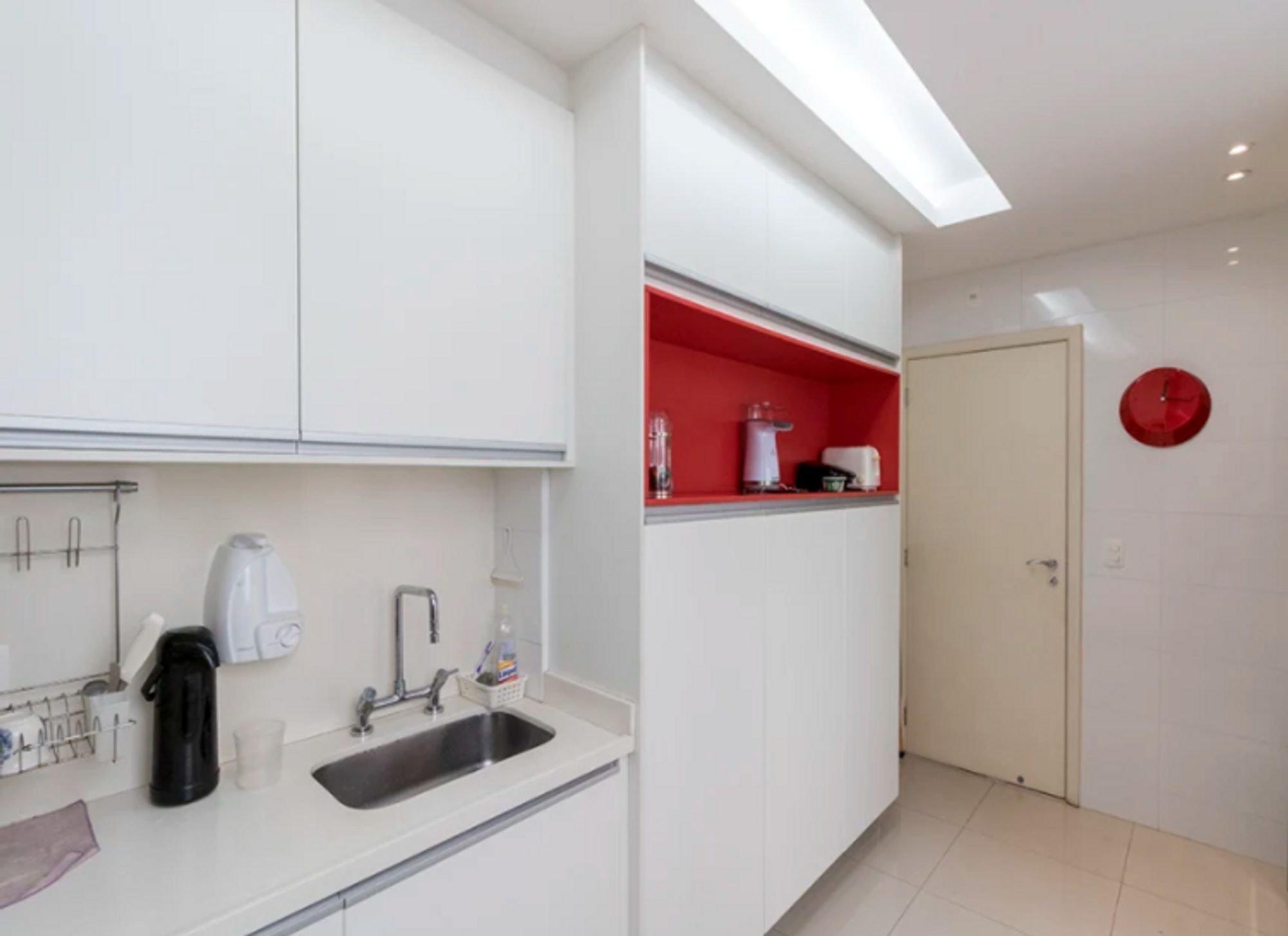 Foto de Cozinha com pia, relógio, xícara