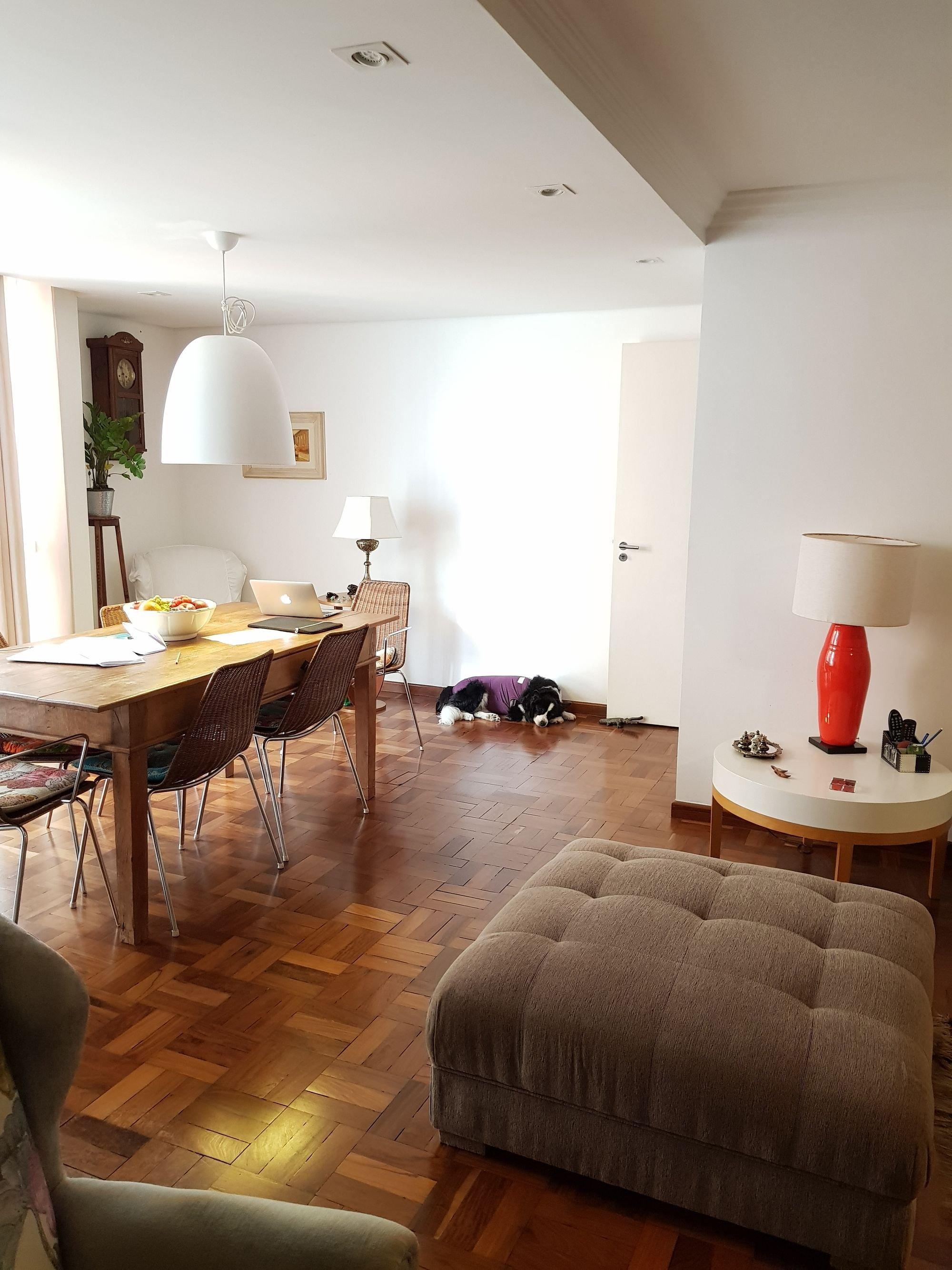 Foto de Sala com vaso de planta, sofá, tigela, computador portátil, cadeira