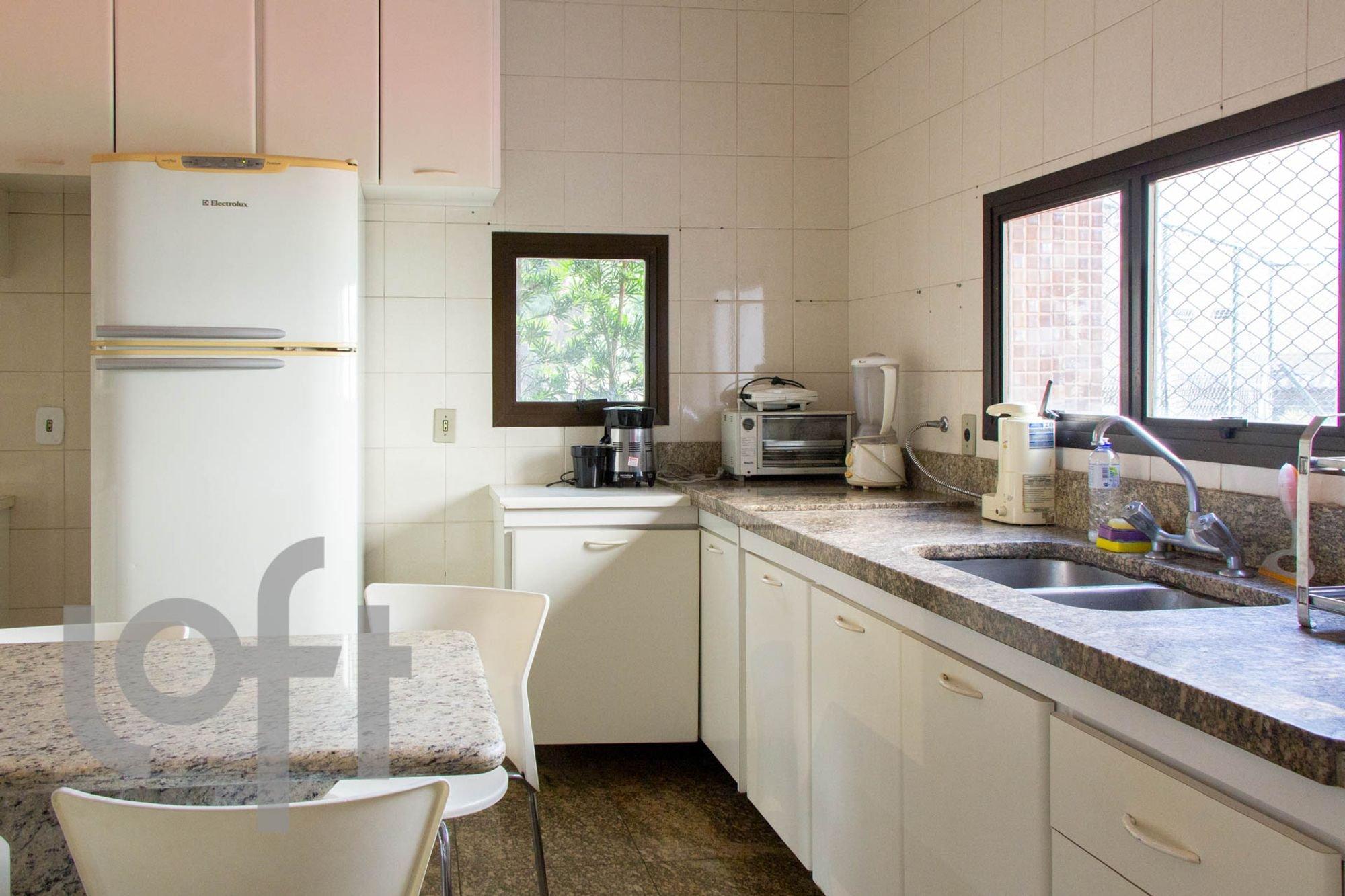 Foto de Cozinha com garrafa, geladeira, cadeira, pia, mesa de jantar