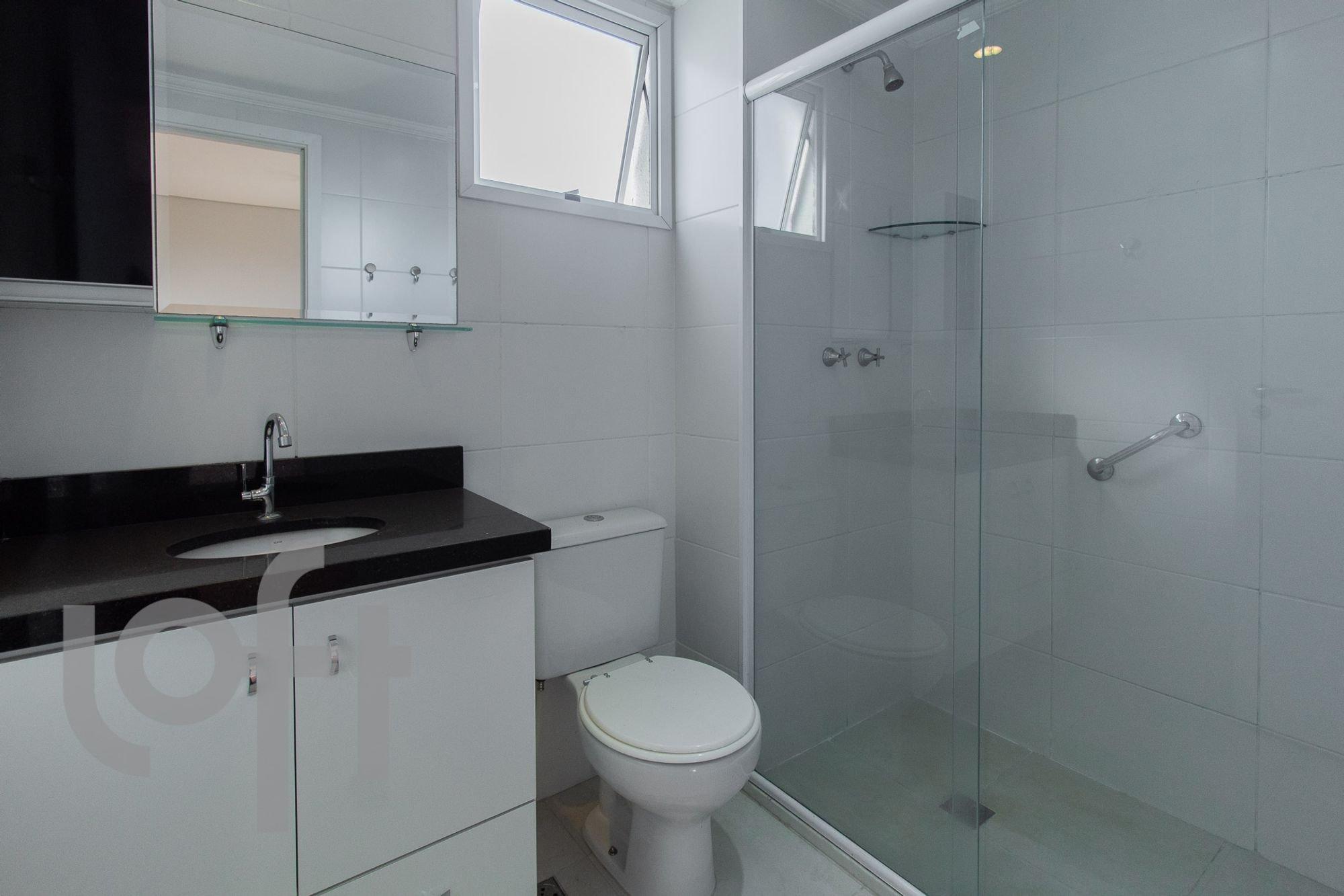 Foto de Banheiro com bolsa, vaso sanitário