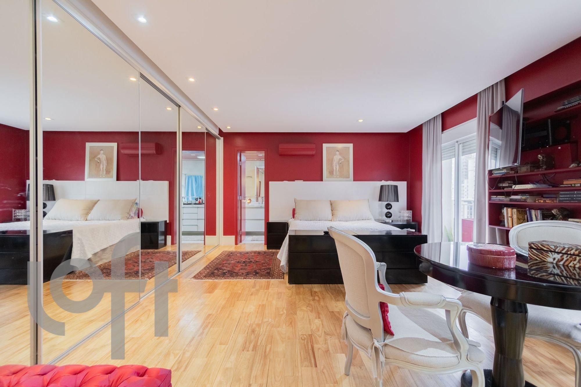 Foto de Sala com cama, sofá, tigela, cadeira, livro, mesa de jantar