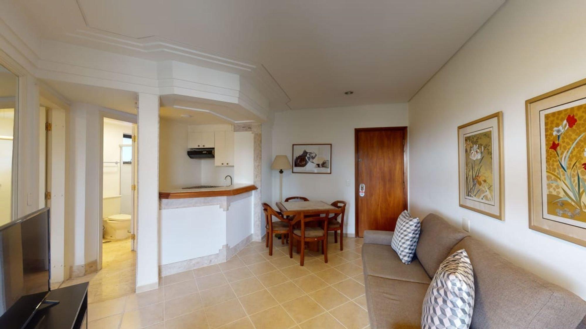 Foto de Sala com sofá, televisão, vaso sanitário, cadeira