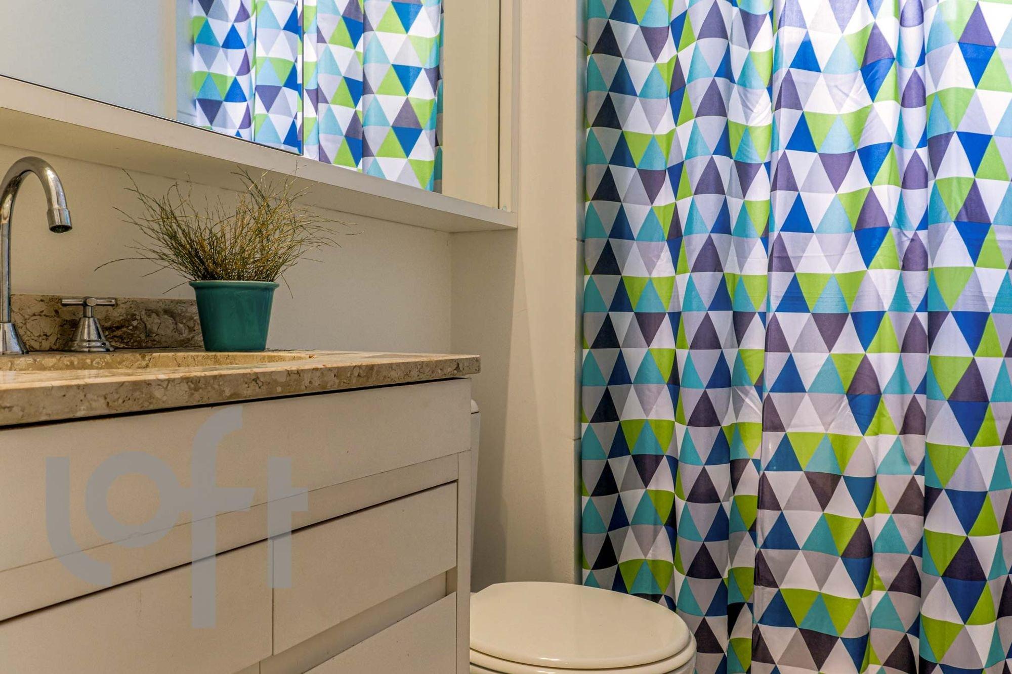 Foto de Banheiro com vaso de planta, vaso sanitário, vaso