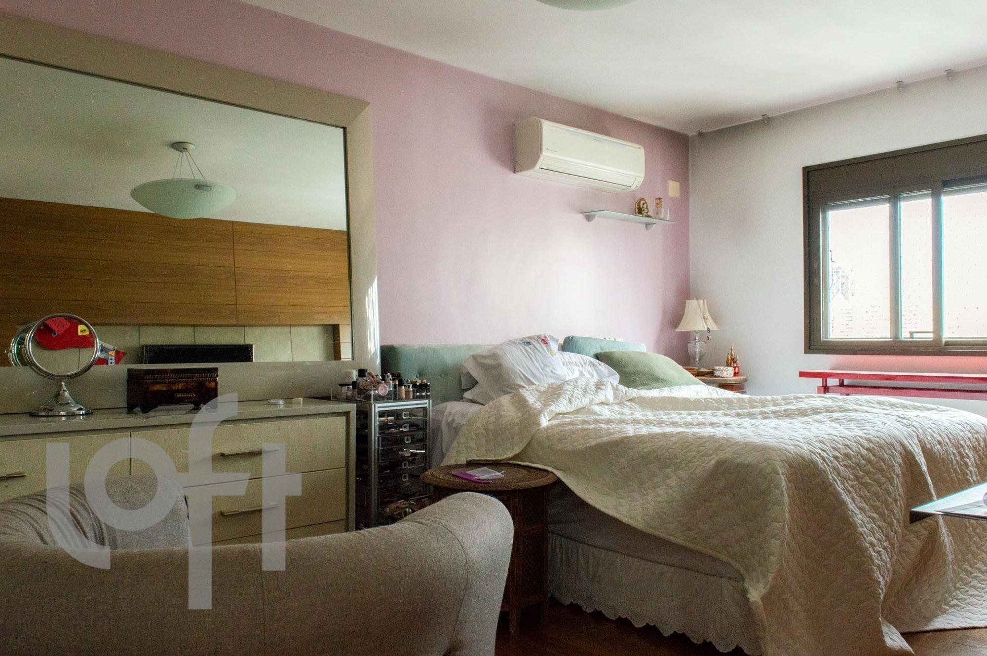 Foto de Quarto com cama, sofá, garrafa