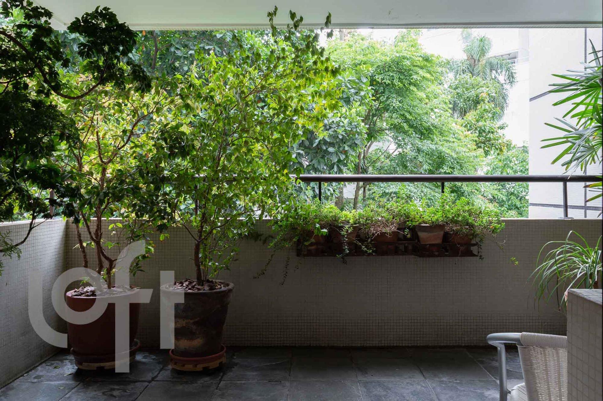 Foto de Varanda com vaso de planta, cadeira