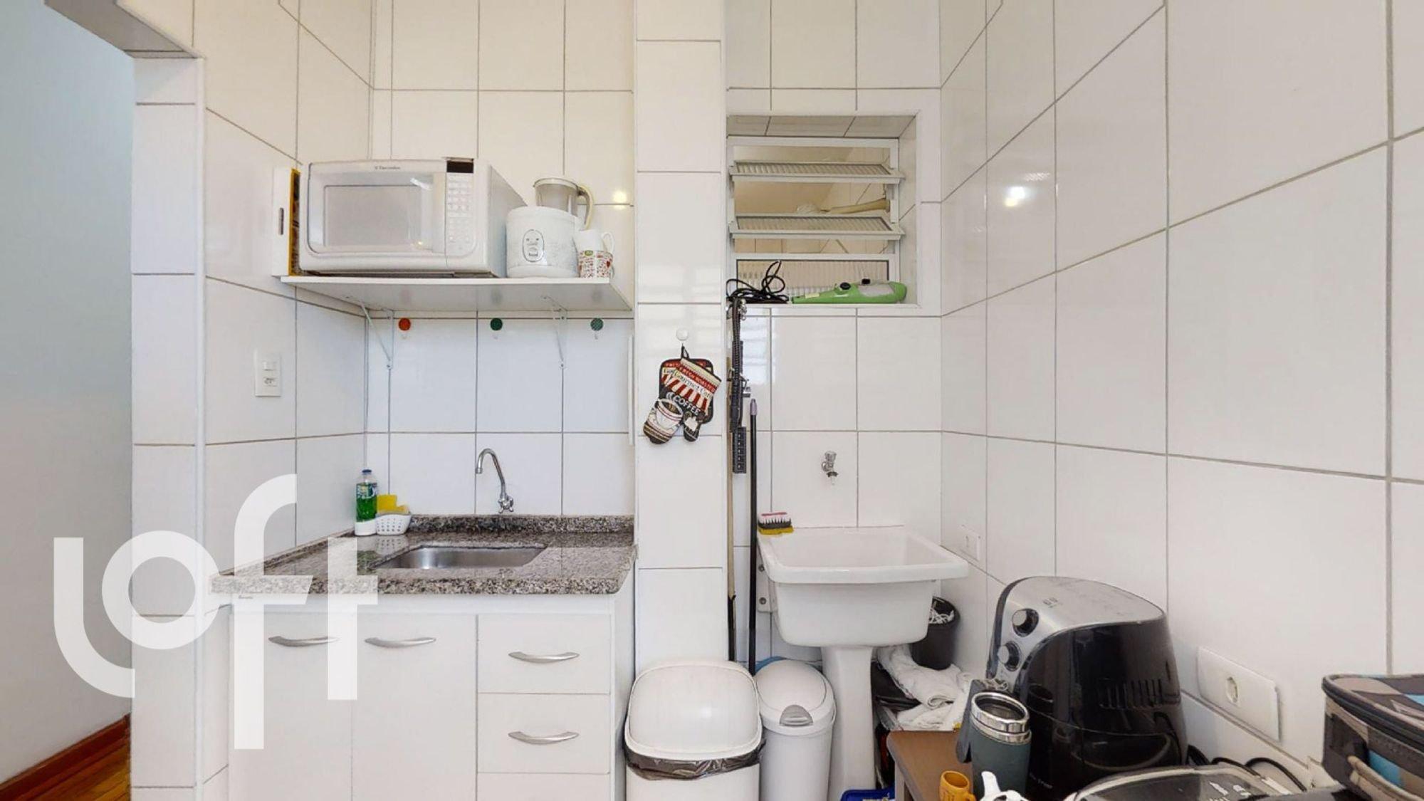 Foto de Cozinha com pia, microondas, garrafa