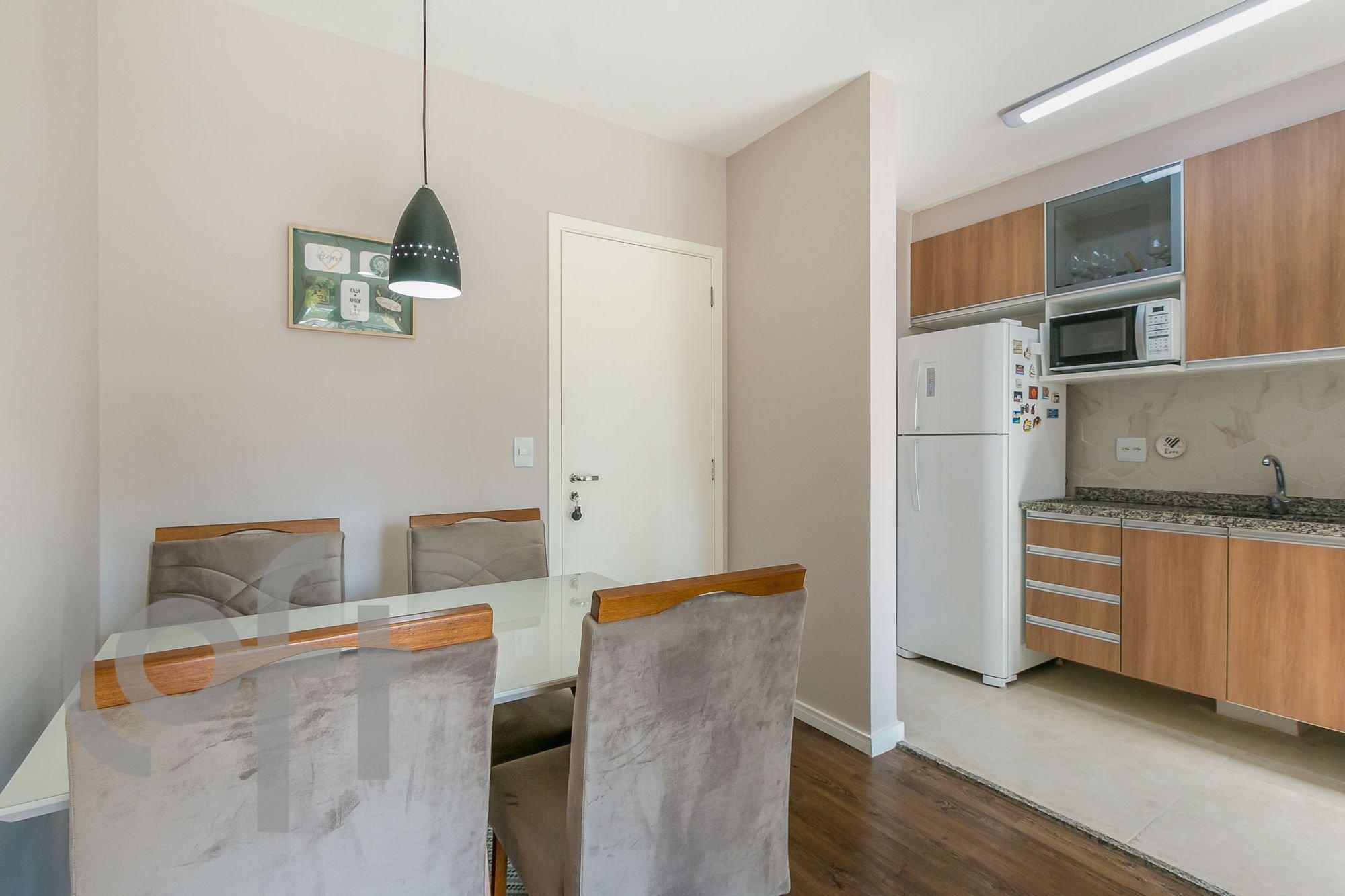 Foto de Cozinha com cama, geladeira, microondas