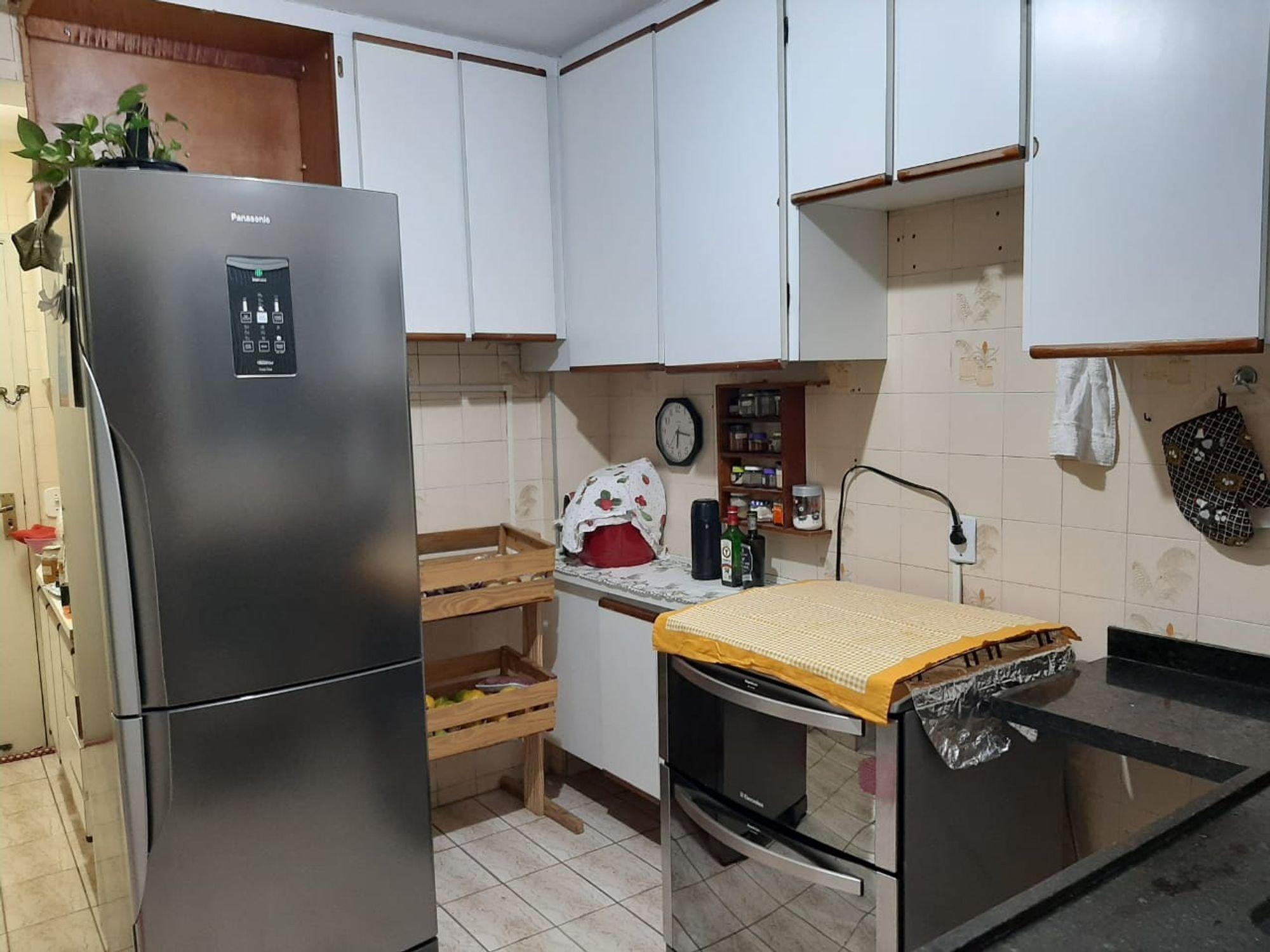 Foto de Cozinha com geladeira, relógio, garrafa