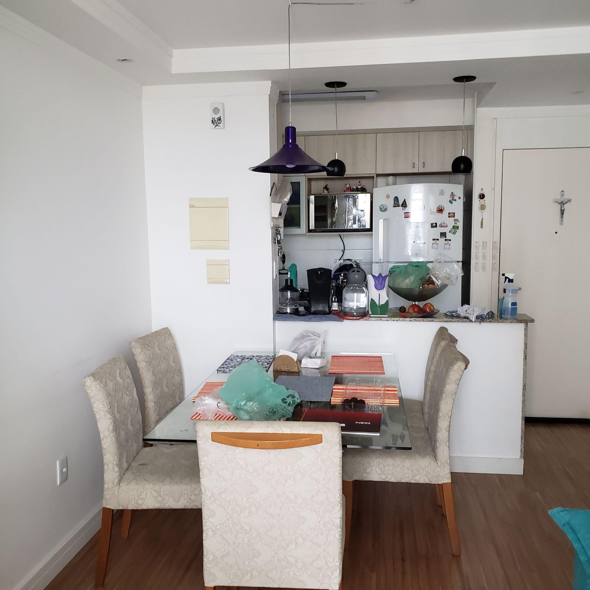 Foto de Quarto com tigela, cadeira, livro, mesa de jantar