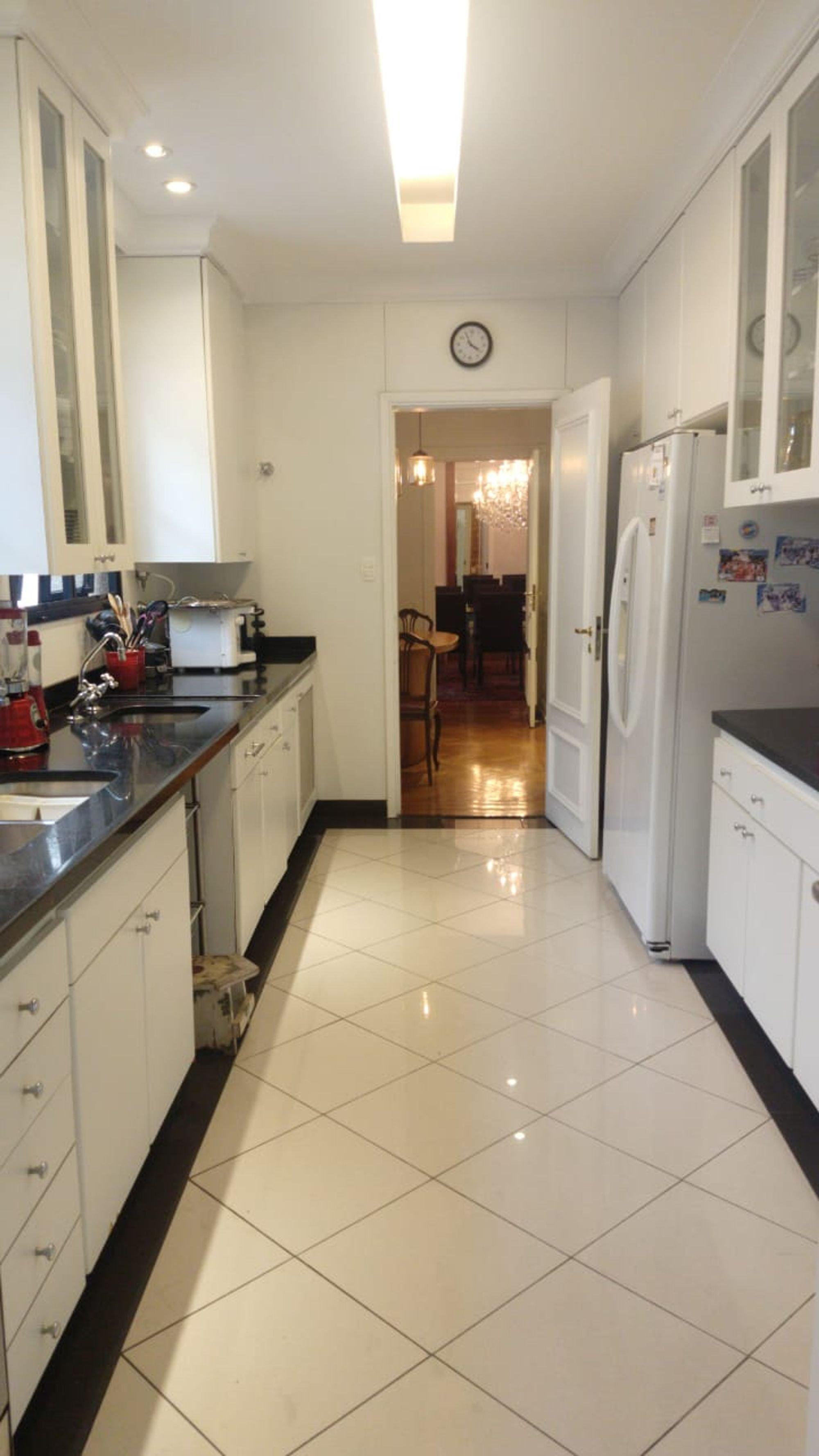 Foto de Cozinha com geladeira, cadeira, relógio