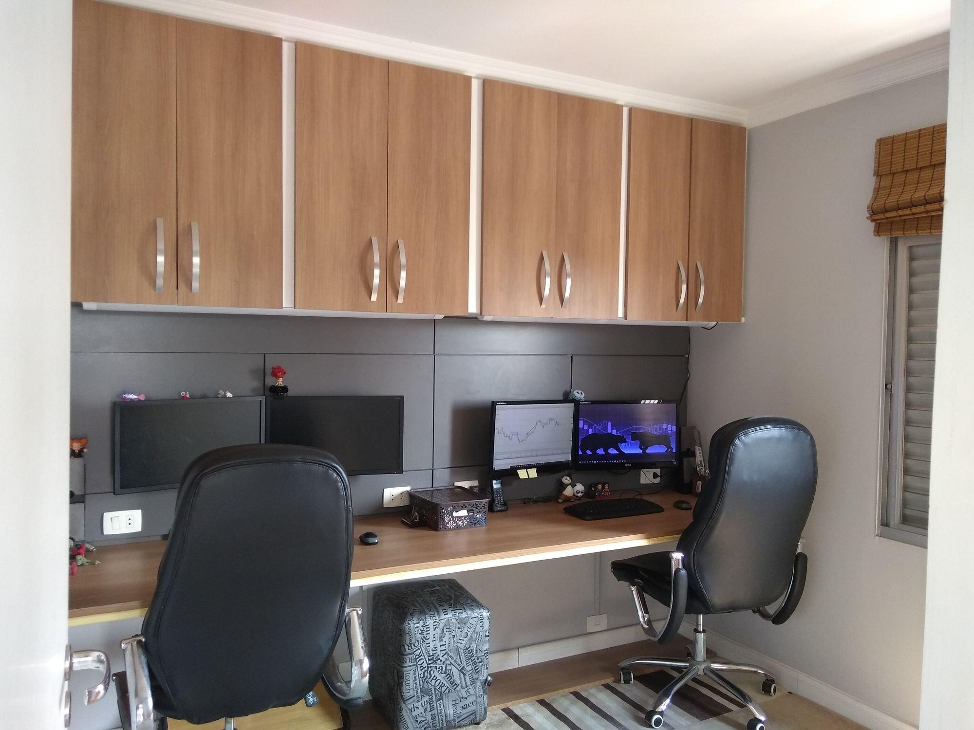 Foto de Sala com mouse, teclado, televisão, cadeira