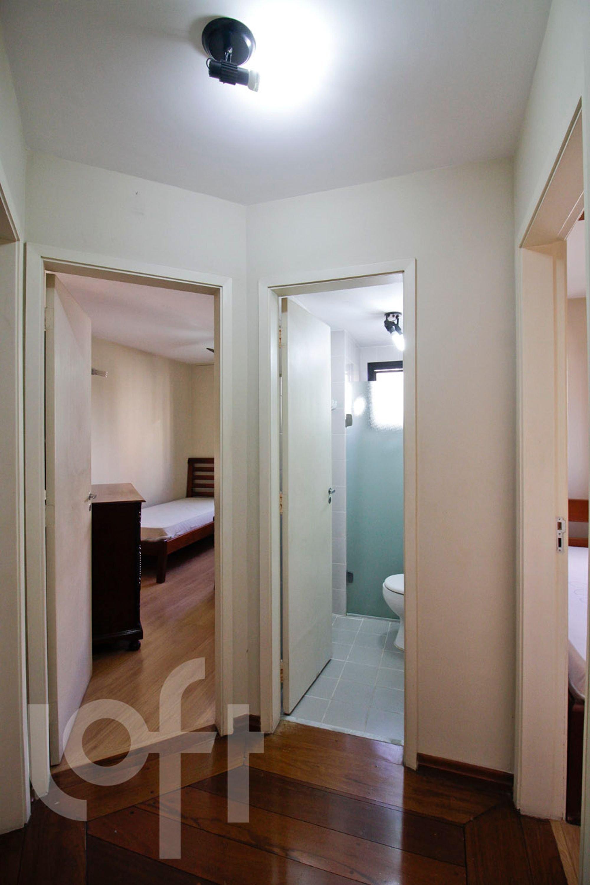 Foto de Hall com cama, vaso sanitário