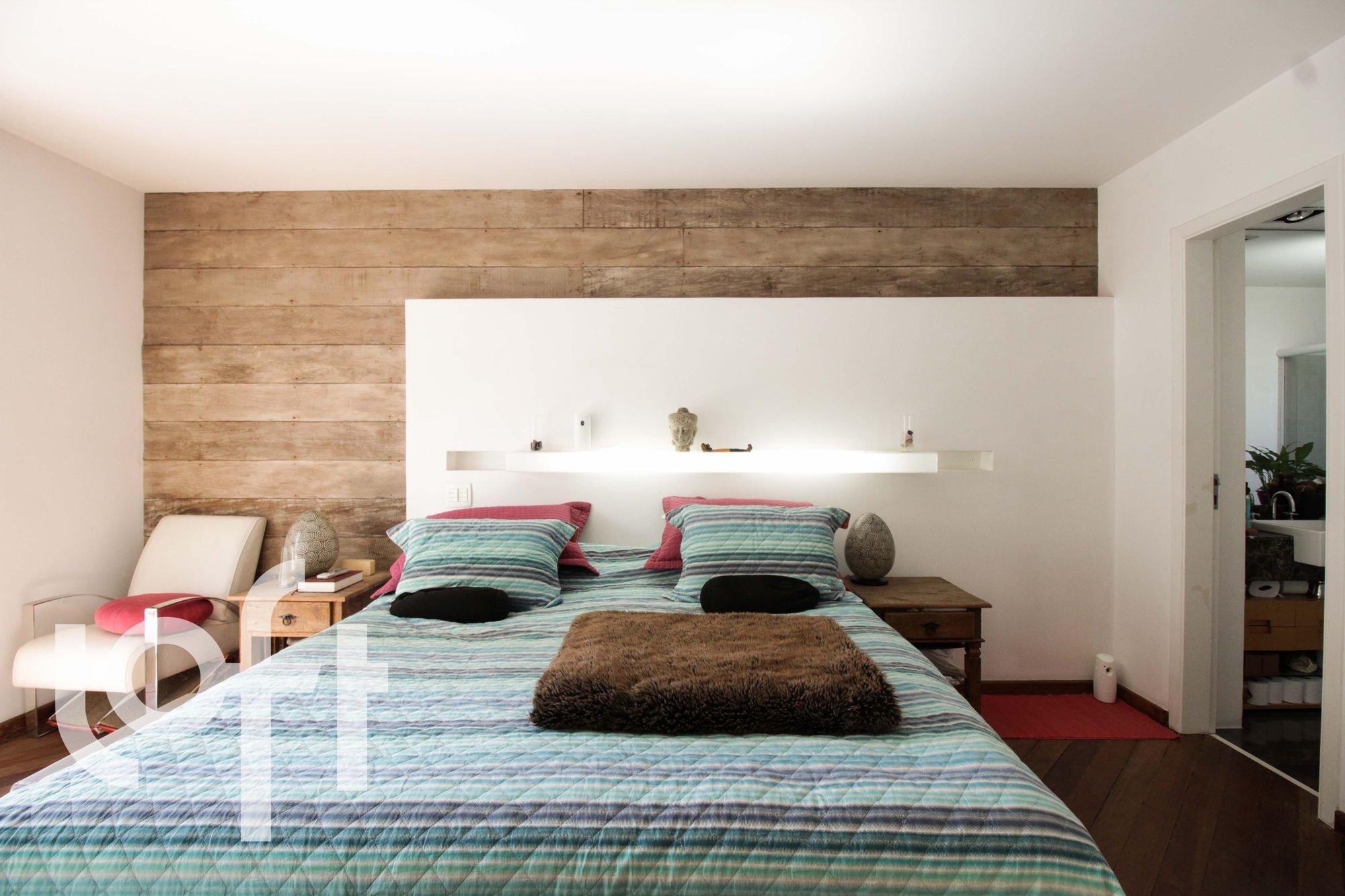 Foto de Quarto com vaso de planta, cama, cadeira