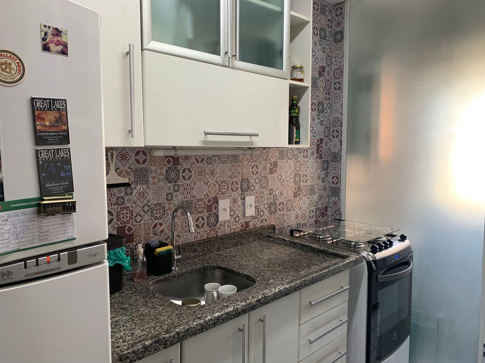 Foto de Cozinha com garrafa, forno, pia, xícara