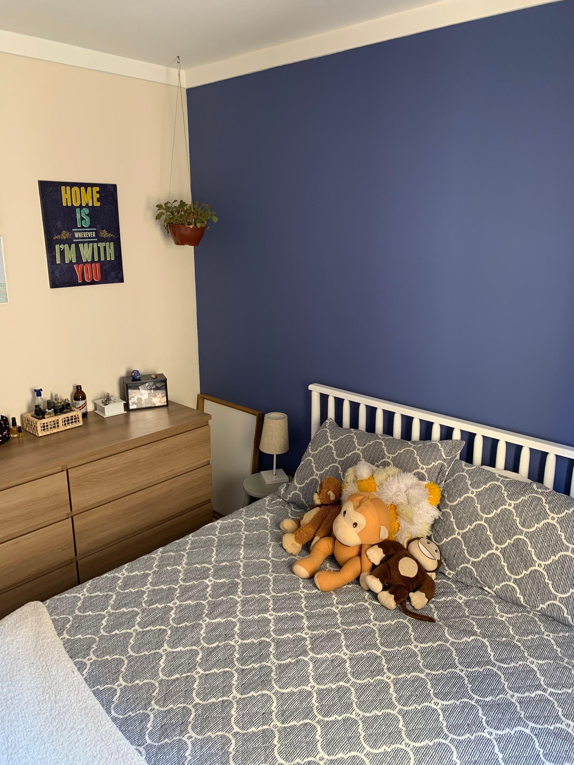 Foto de Quarto com cama, vaso de planta, urso teddy