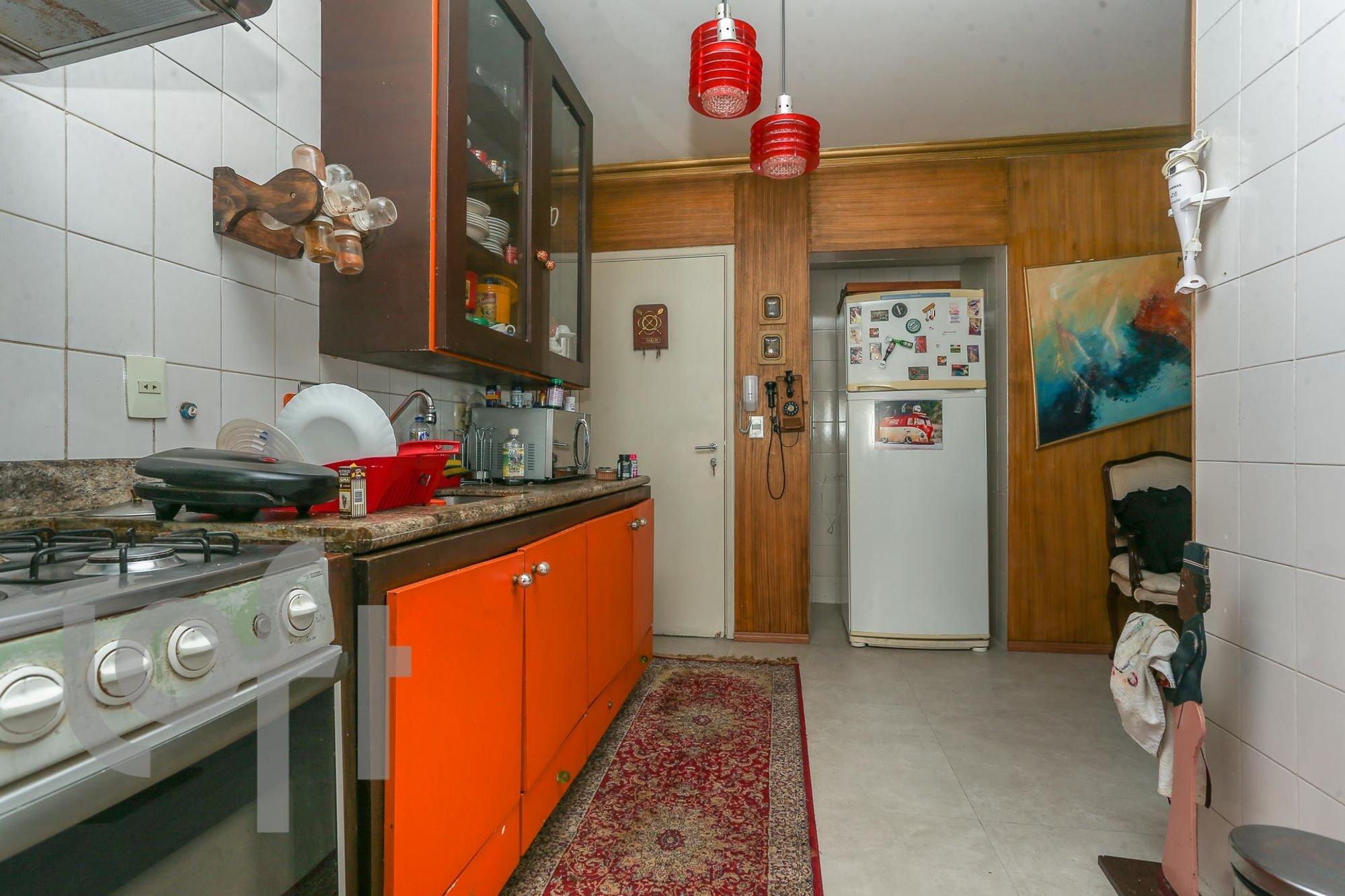 Foto de Cozinha com garrafa, forno, geladeira, xícara