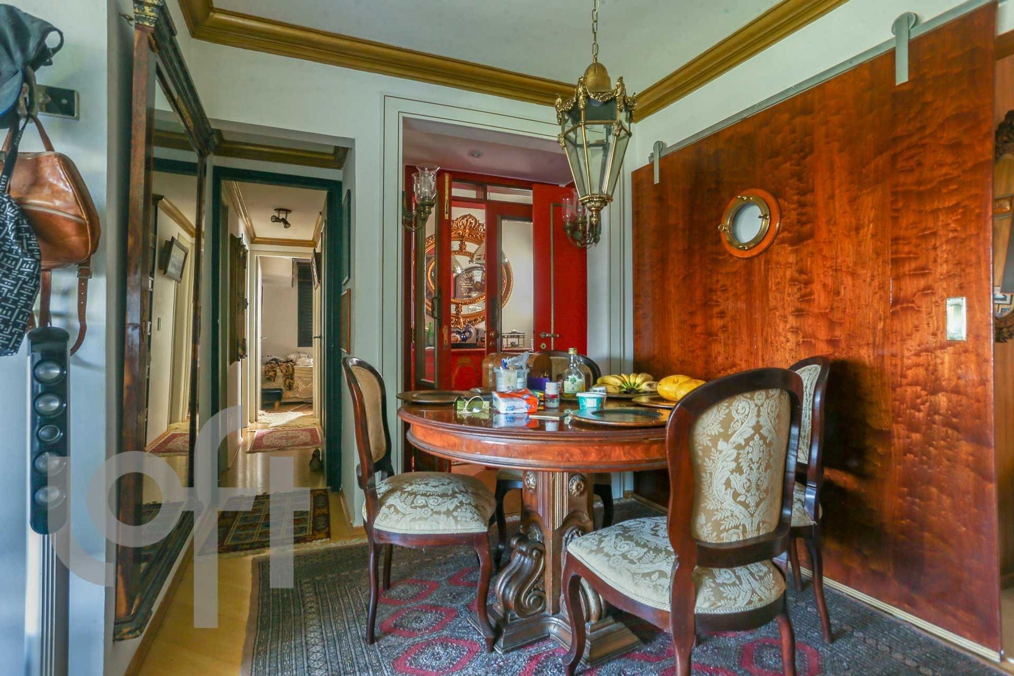 Foto de Hall com bolsa, garrafa, cadeira, xícara