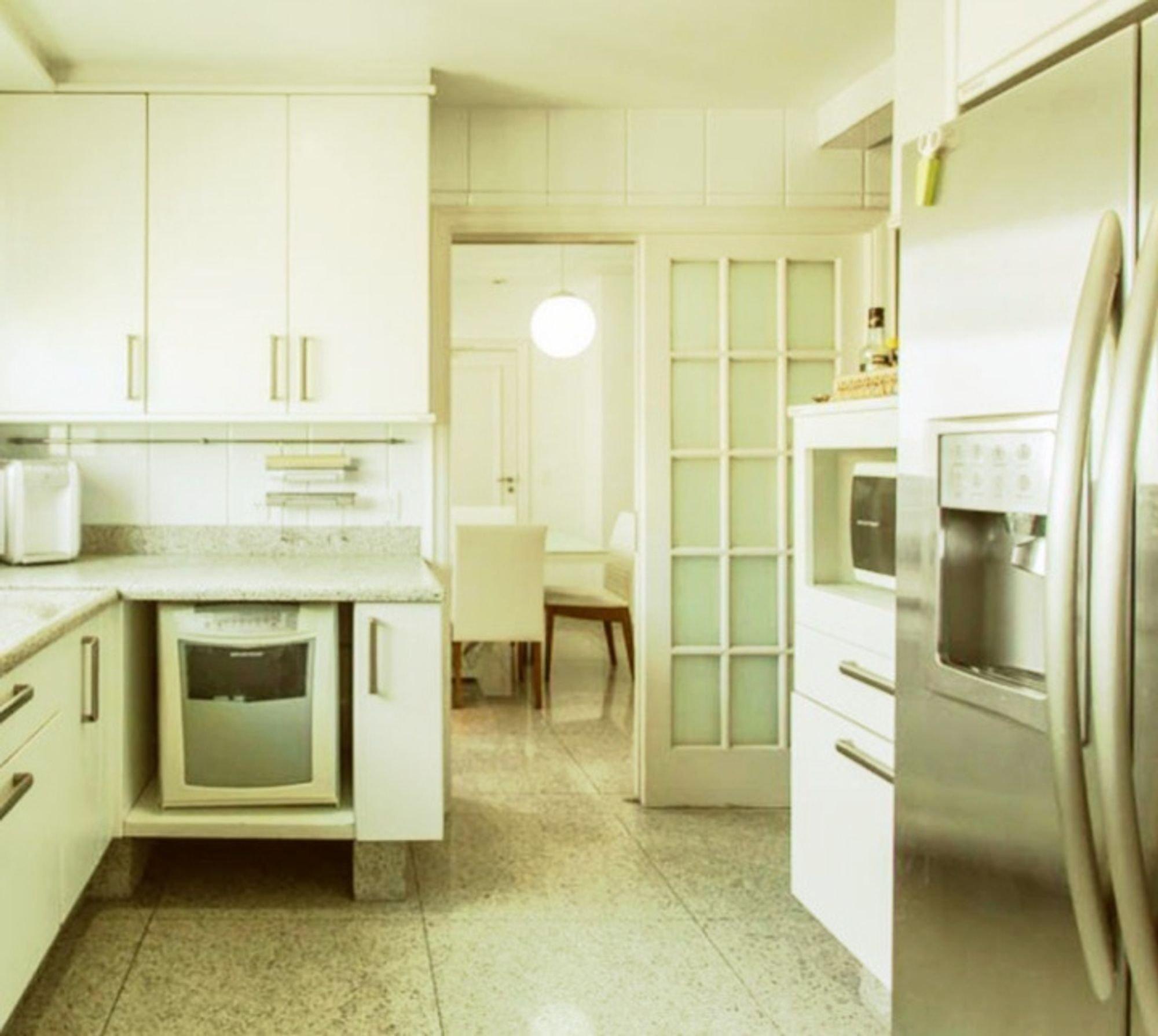 Foto de Cozinha com forno, geladeira, cadeira
