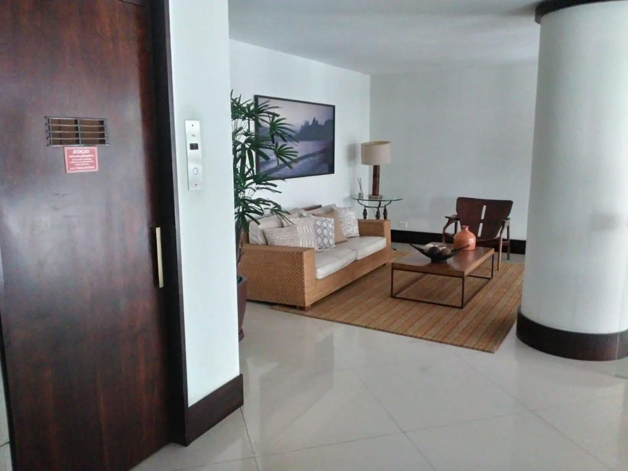 Foto de Hall com vaso de planta, sofá, geladeira, cadeira