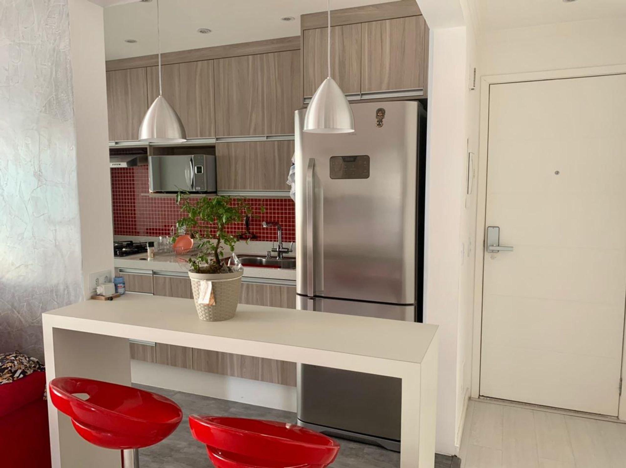 Foto de Cozinha com vaso de planta, tigela, geladeira, cadeira