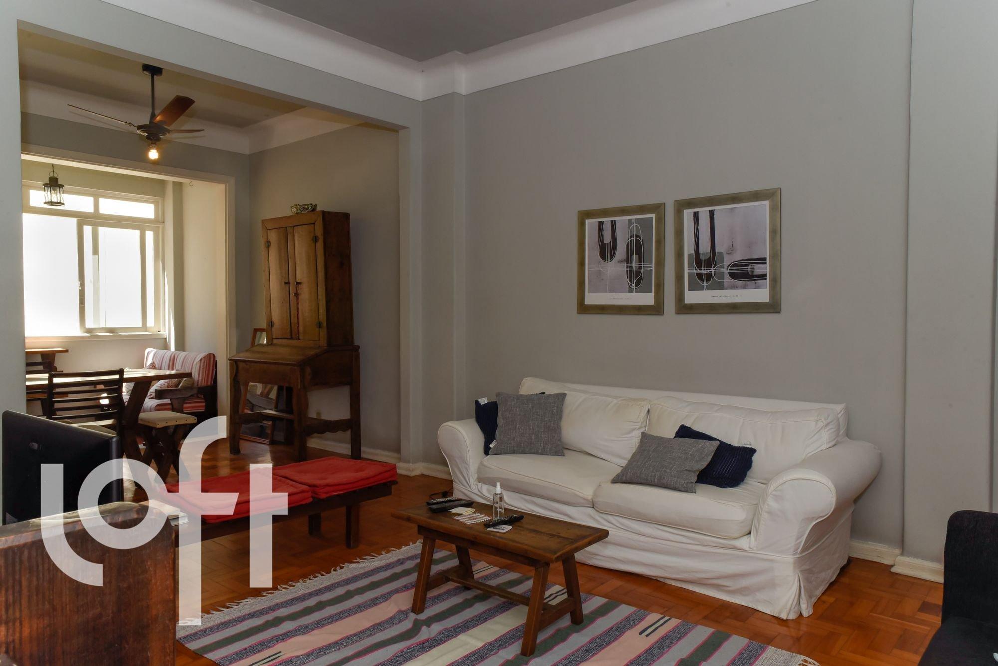 Foto de Sala com controle remoto, sofá, cadeira
