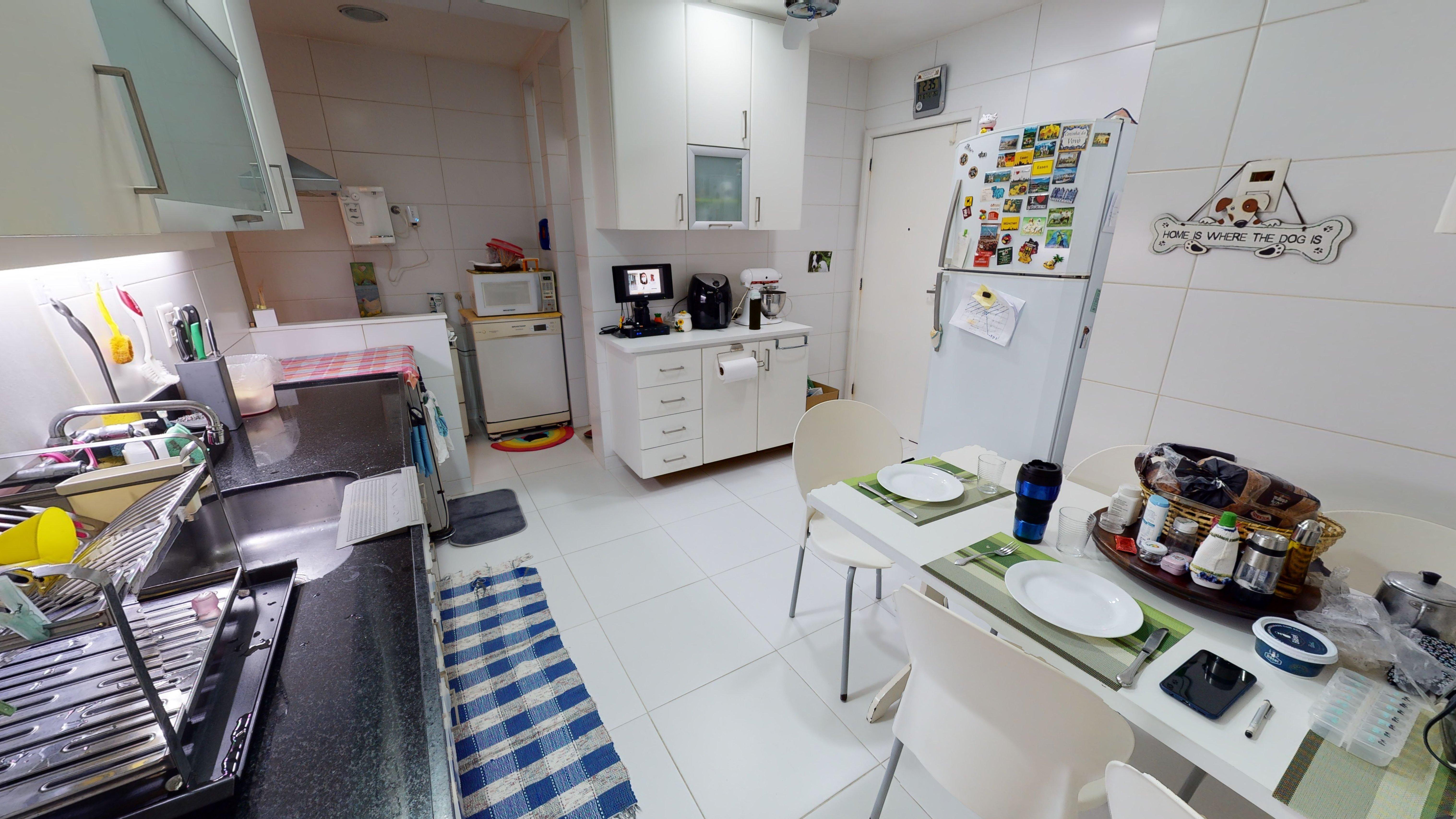 Foto de Cozinha com garrafa, forno, geladeira, cadeira, microondas, xícara