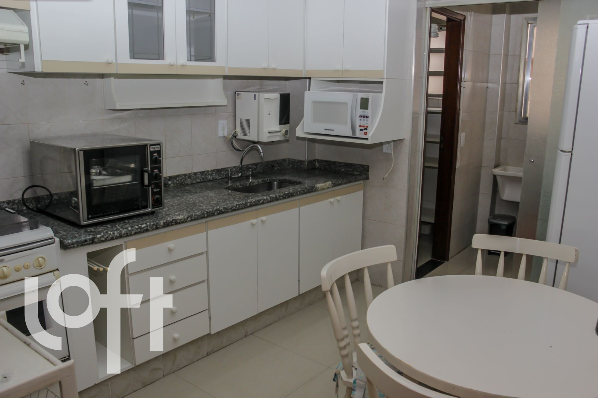 Foto de Cozinha com pia, cadeira, microondas, mesa de jantar