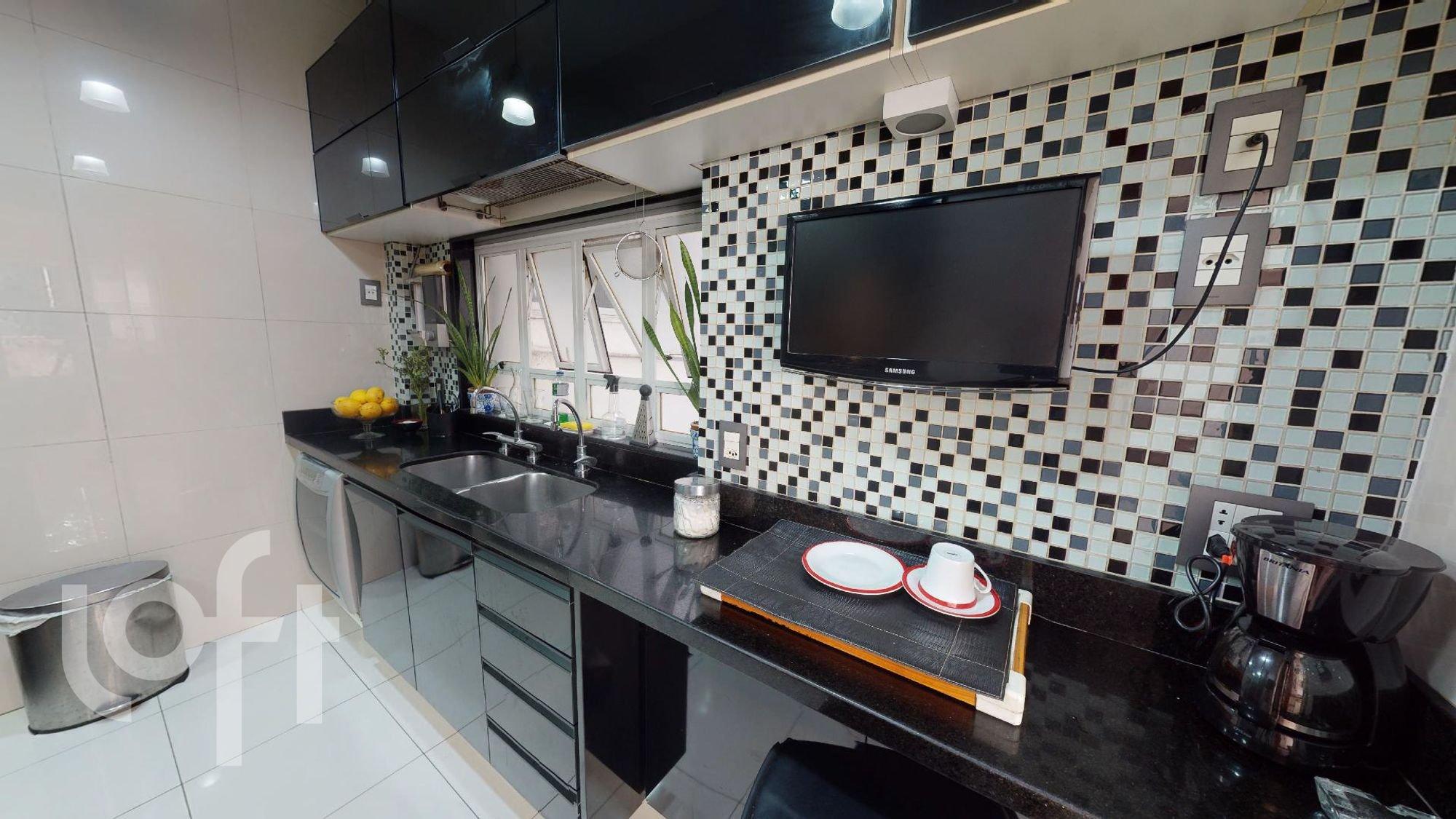 Foto de Cozinha com vaso de planta, televisão, vaso, tigela, pia