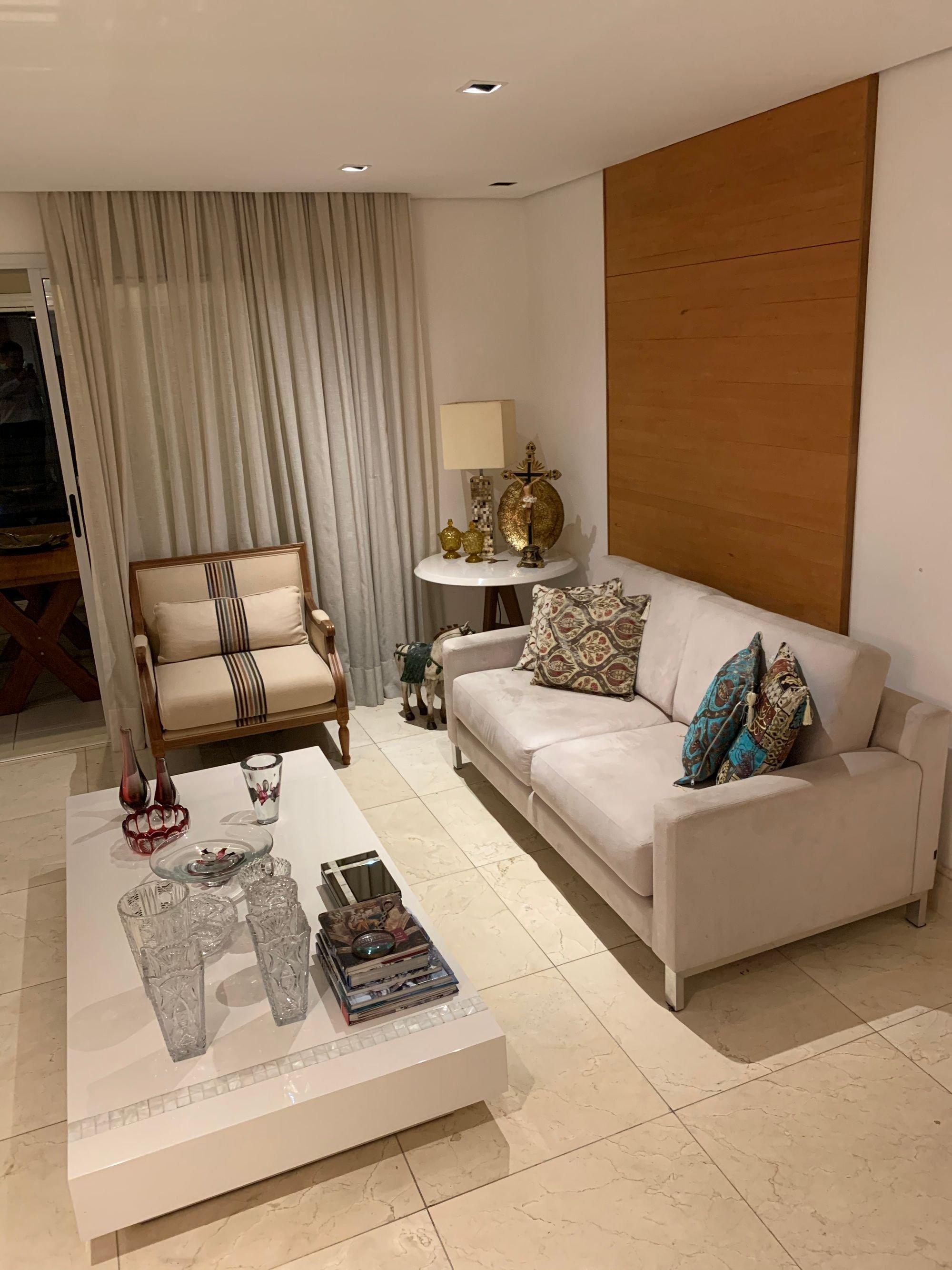 Foto de Sala com copo de vinho, sofá, cadeira, livro