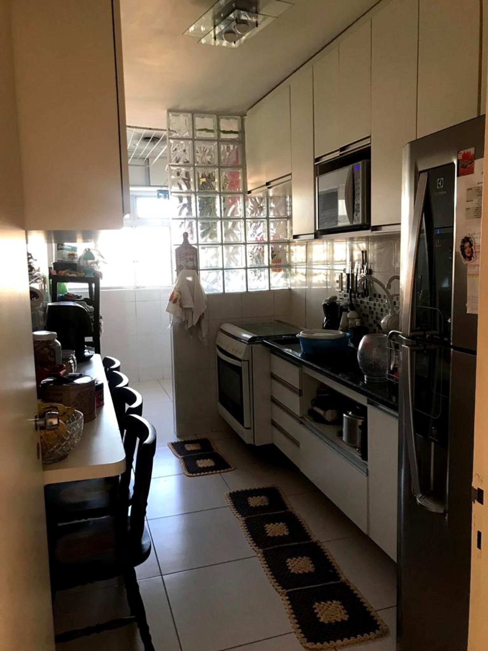 Foto de Cozinha com forno, tigela, geladeira, cadeira, microondas