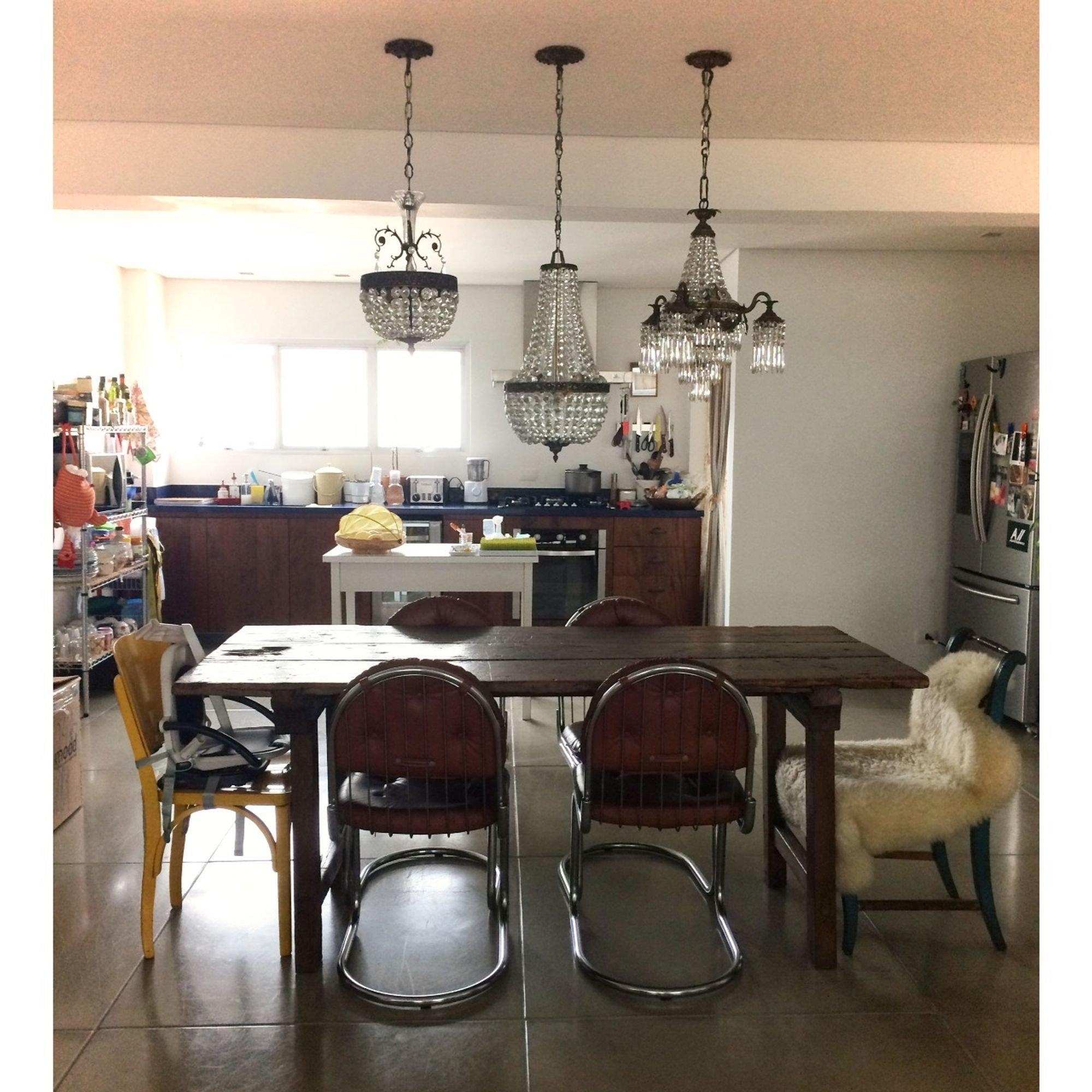 Foto de Hall com forno, cadeira, pessoa, mesa de jantar