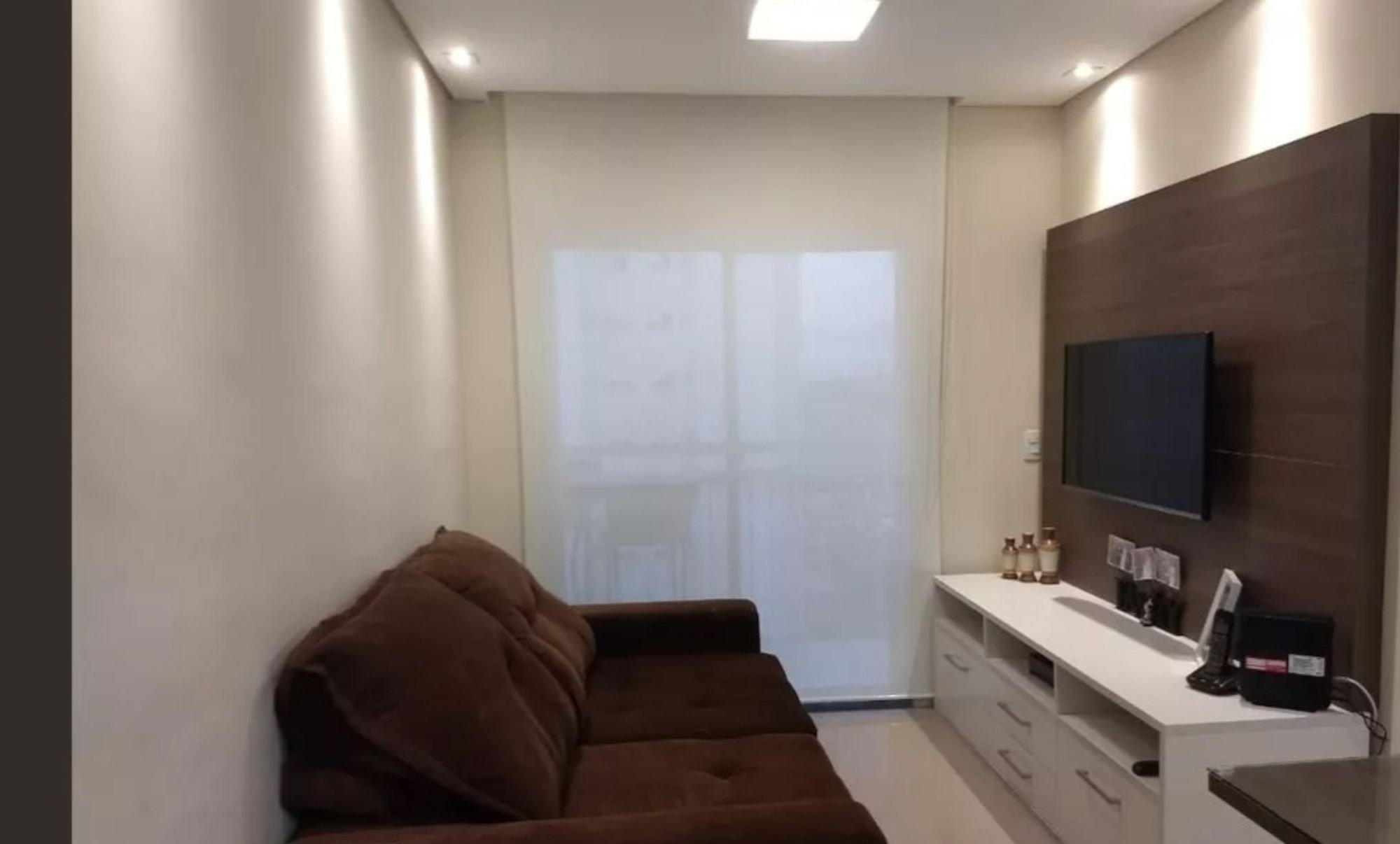 Foto de Sala com sofá, televisão, pia