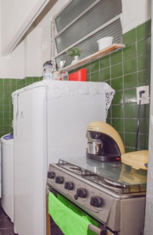 Foto de Lavanderia com forno, tigela, geladeira