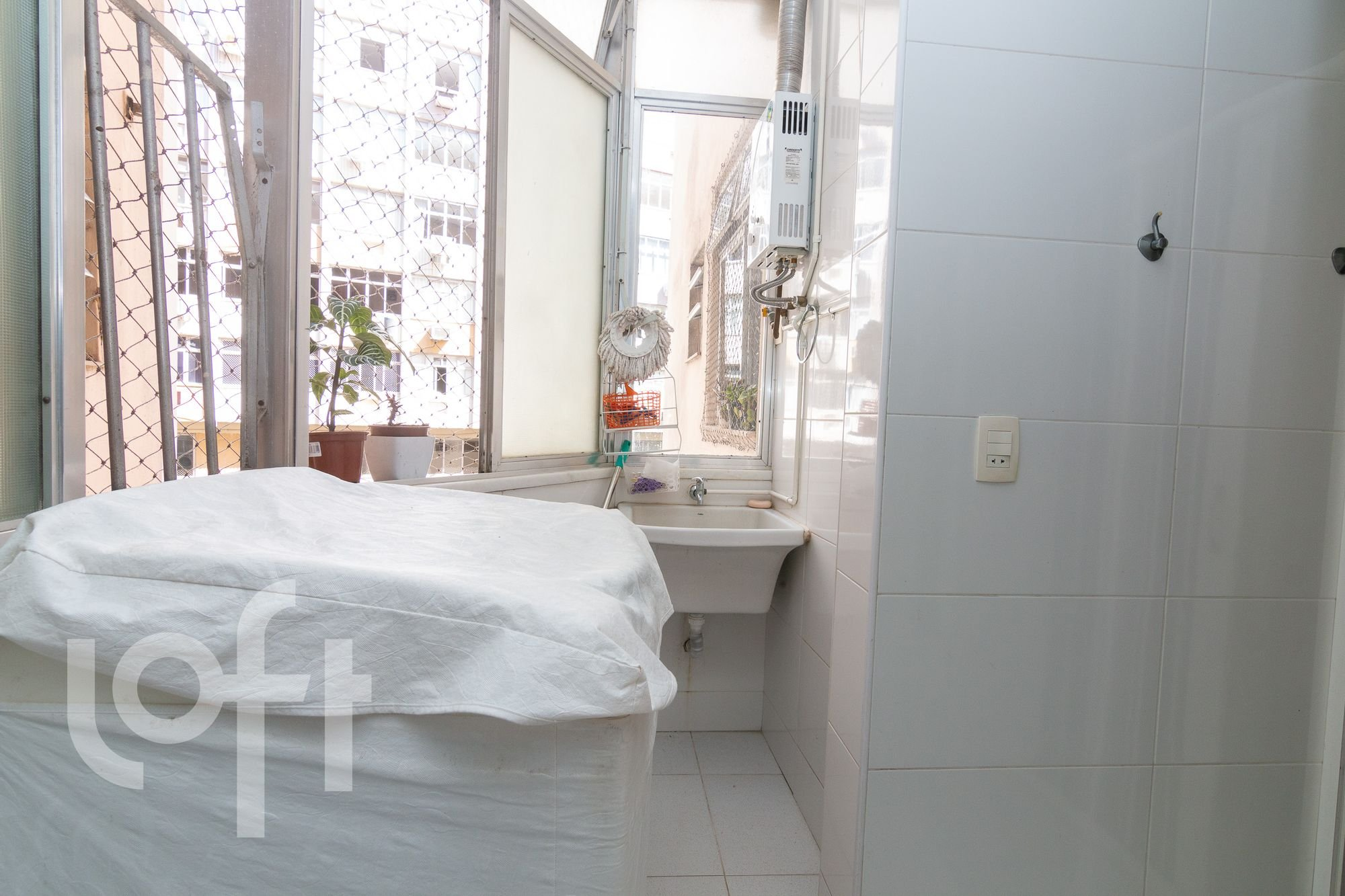 Foto de Lavanderia com cama, pia