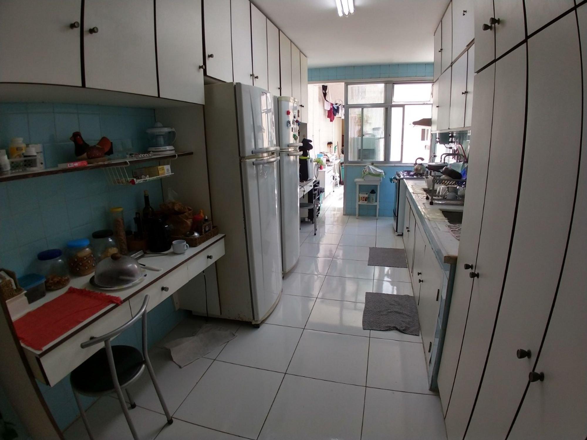 Foto de Cozinha com garrafa, geladeira, pia, cadeira