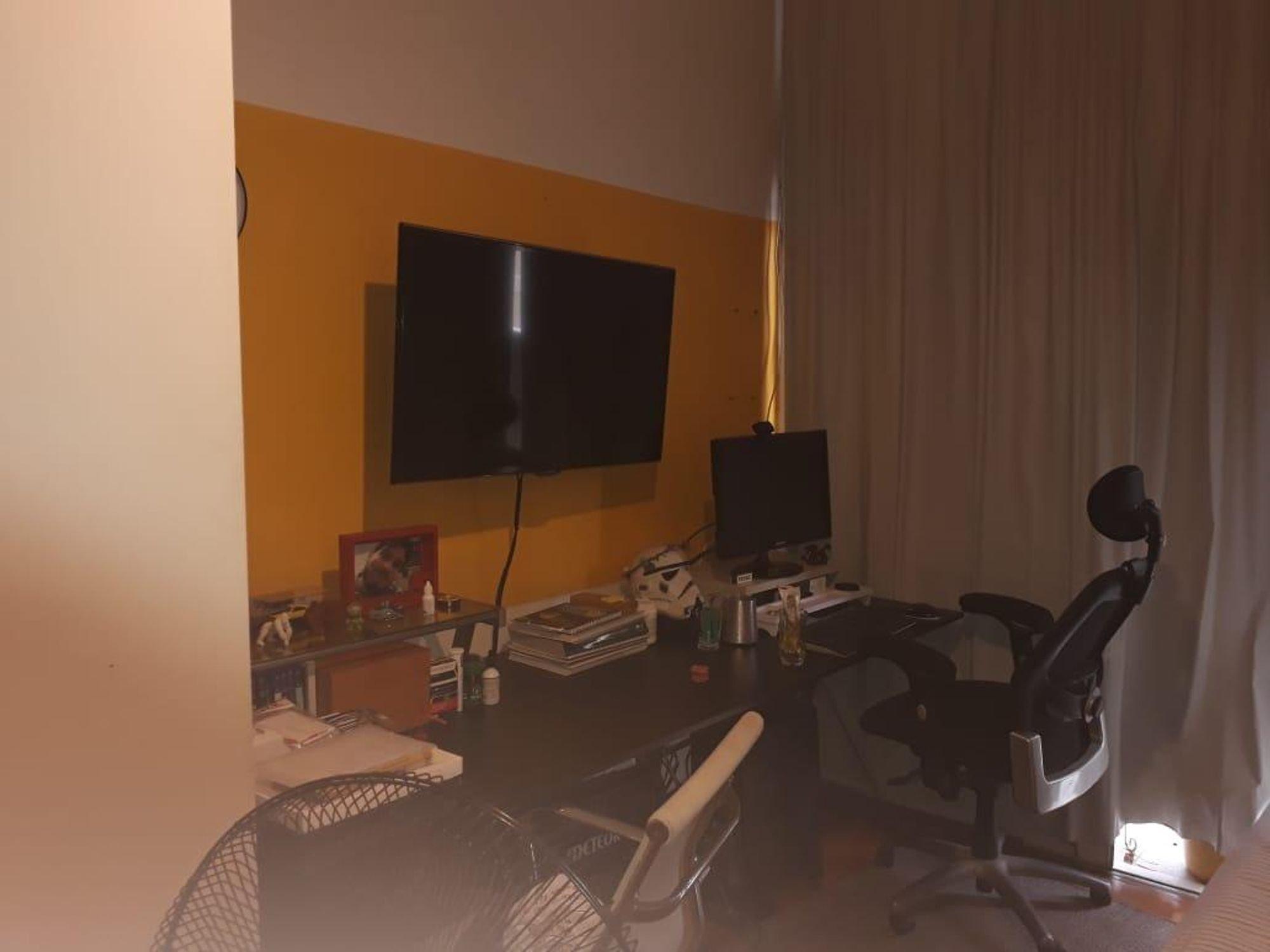 Nesta foto há mouse, televisão, cadeira