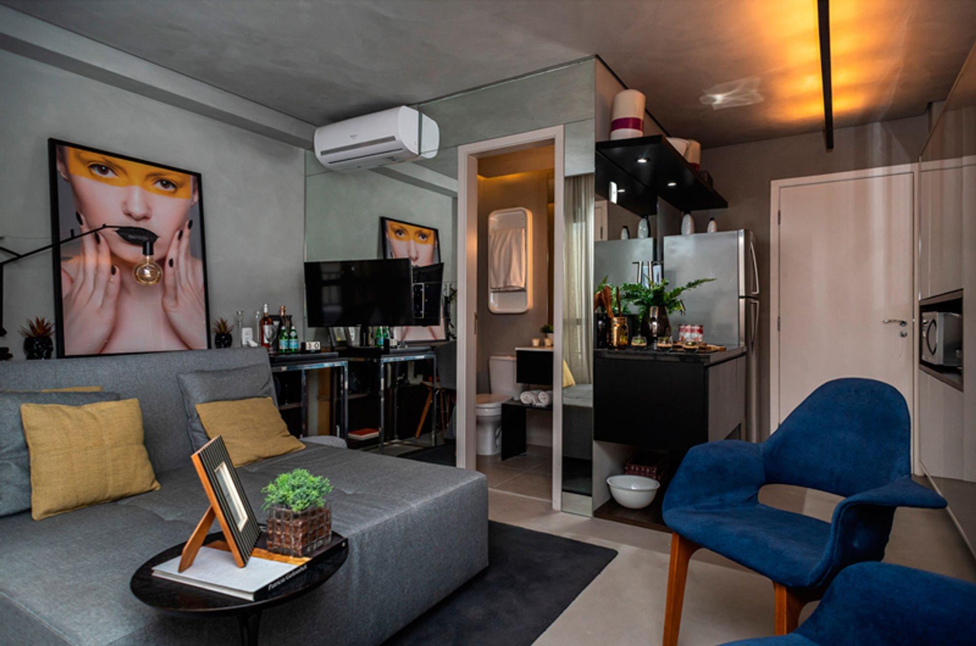 Foto de Sala com vaso de planta, sofá, televisão, vaso, tigela, cadeira