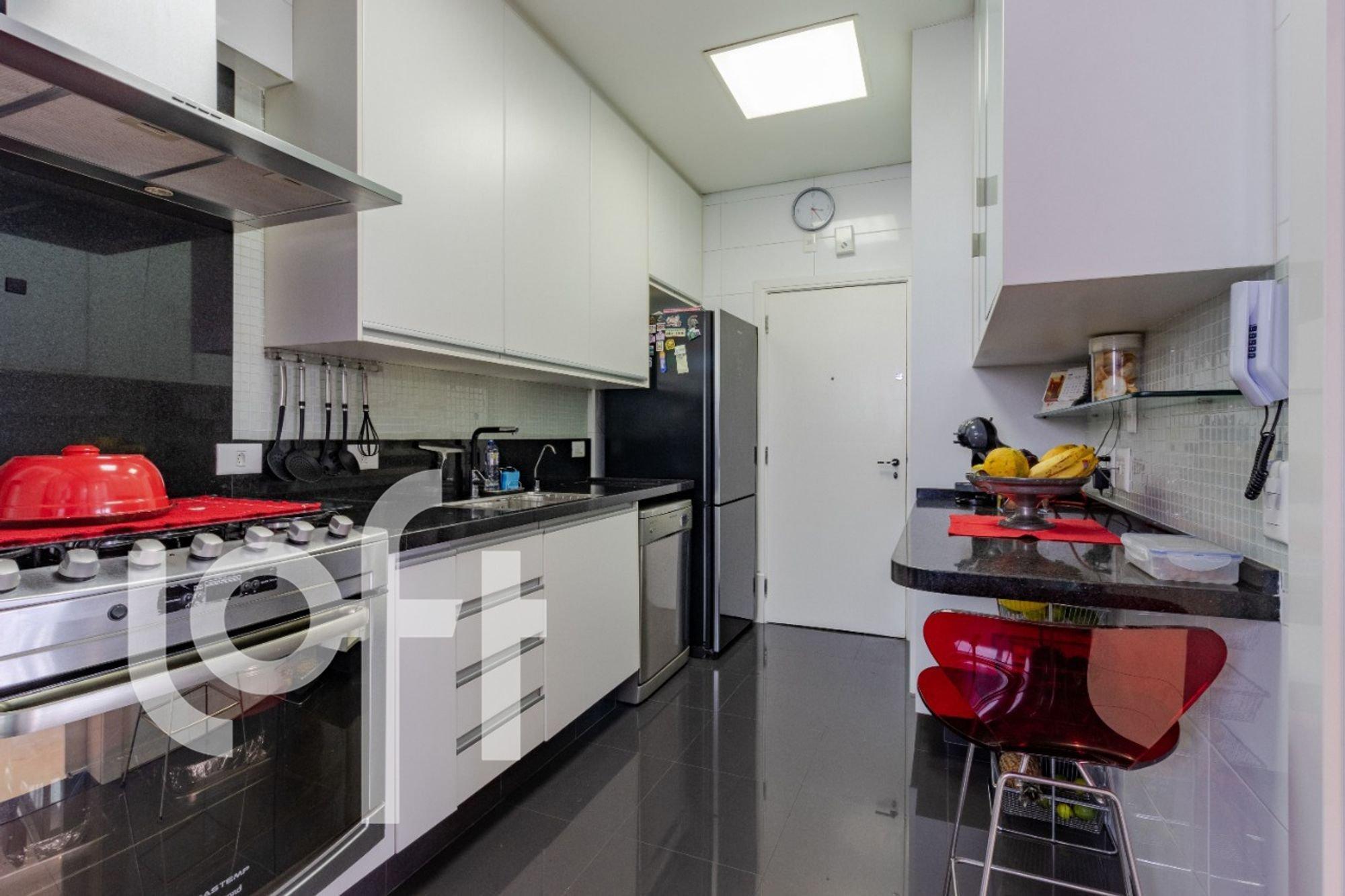 Foto de Cozinha com forno, geladeira, relógio