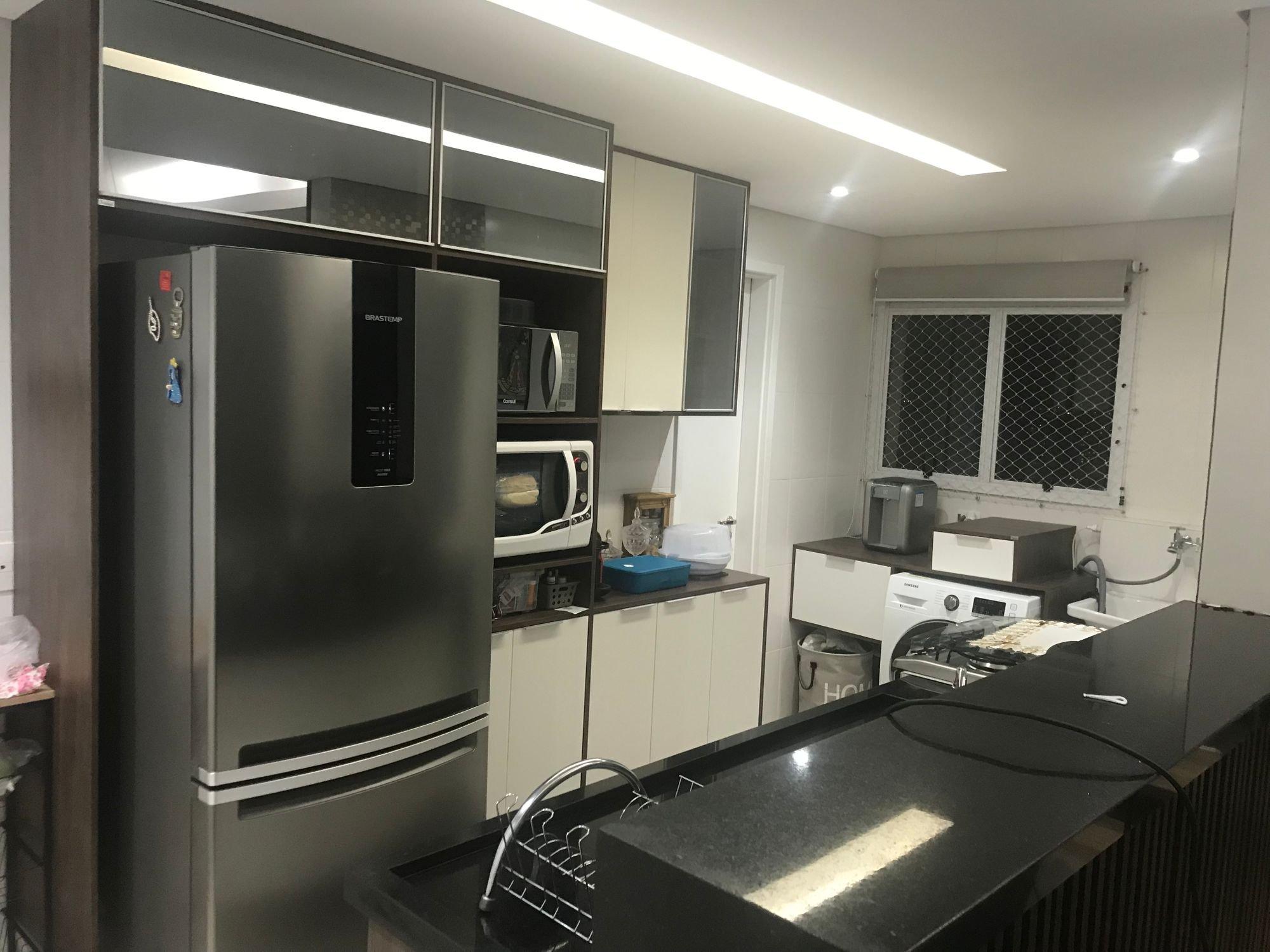 Foto de Cozinha com forno, tigela, geladeira, microondas