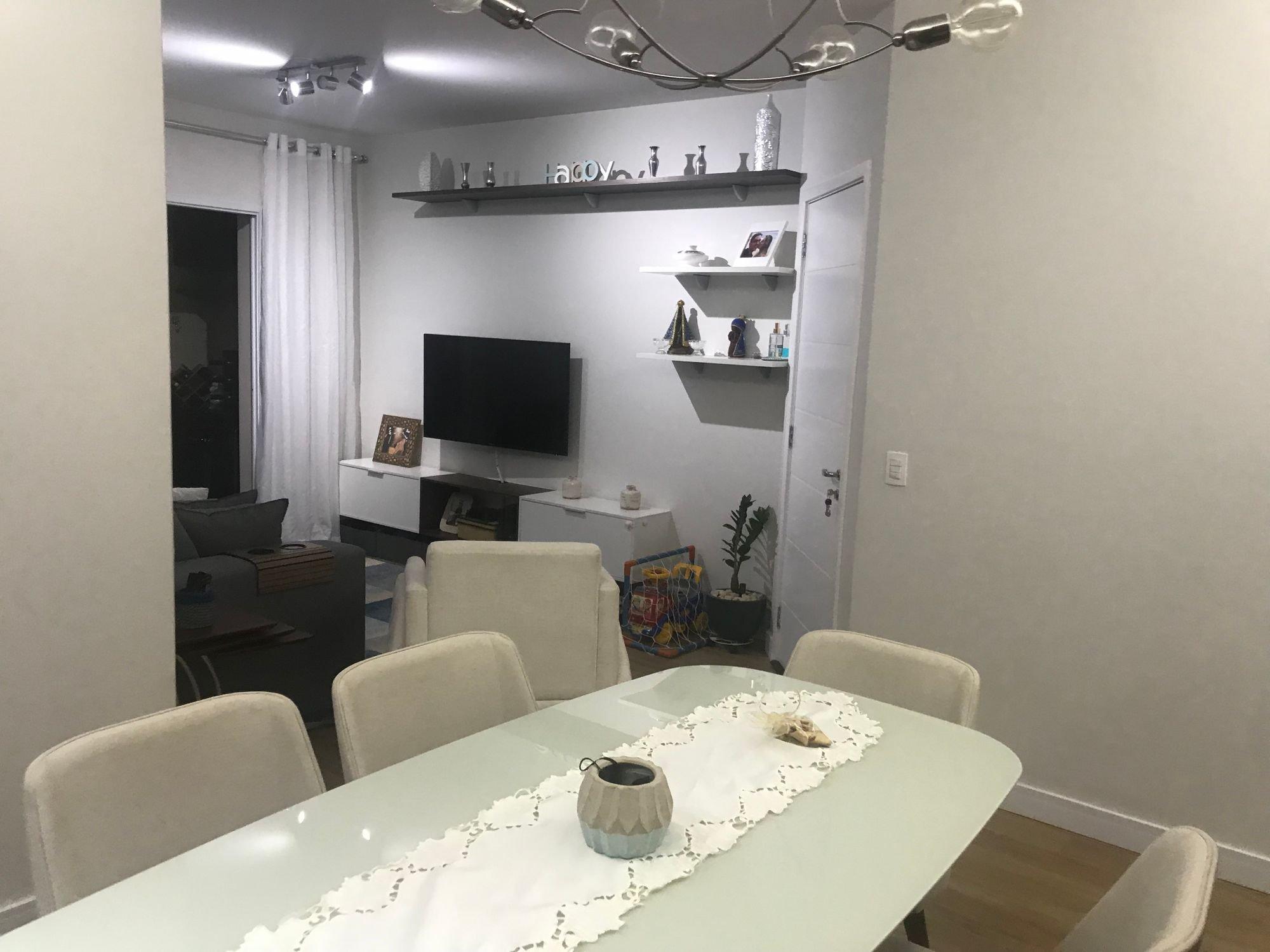 Foto de Sala com televisão, vaso, garrafa, cadeira, mesa de jantar